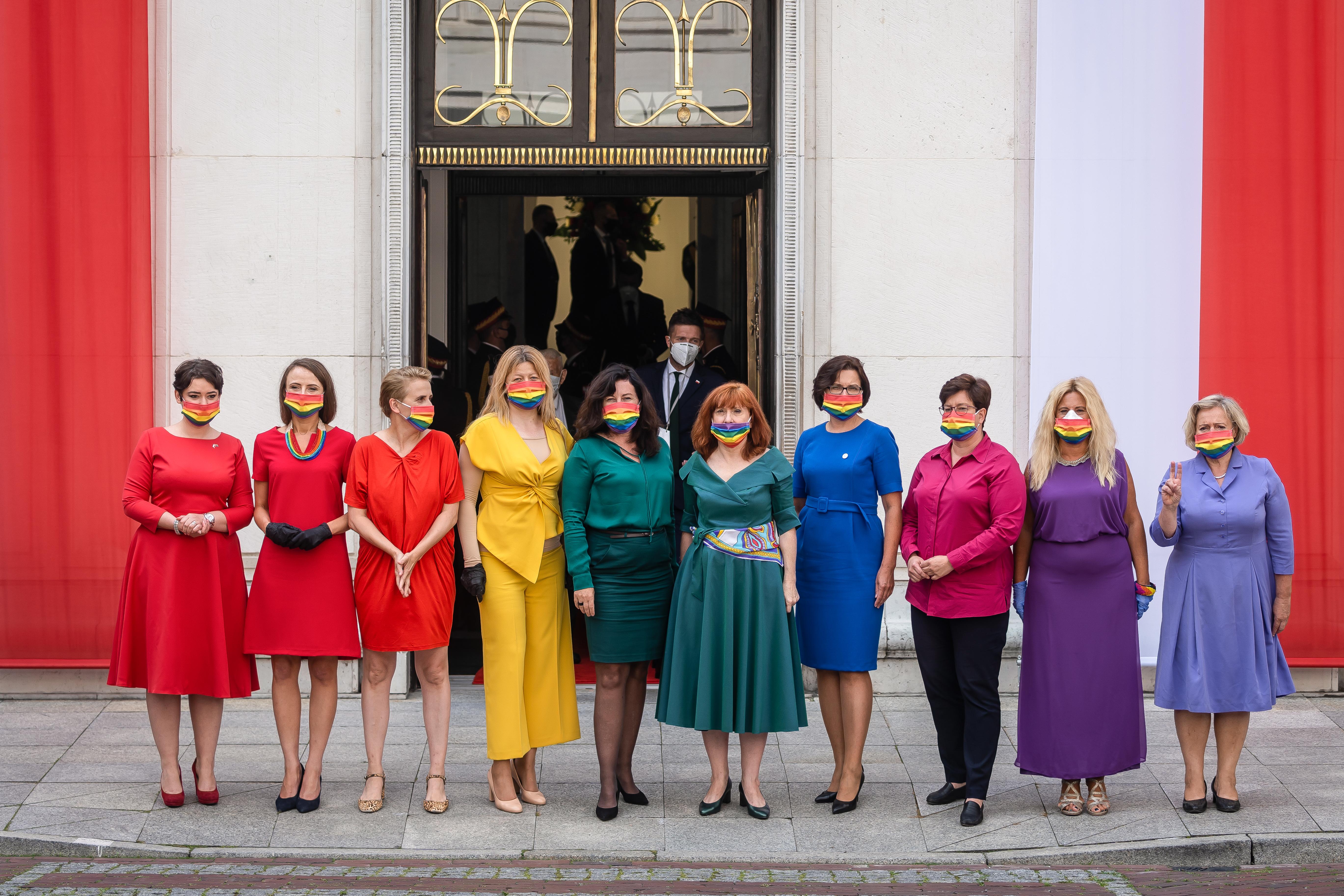 Szivárványnak öltözve titakoztak ellenzéki képviselőnők a homofób lengyel elnök ellen Andrzej Duda beiktatásán