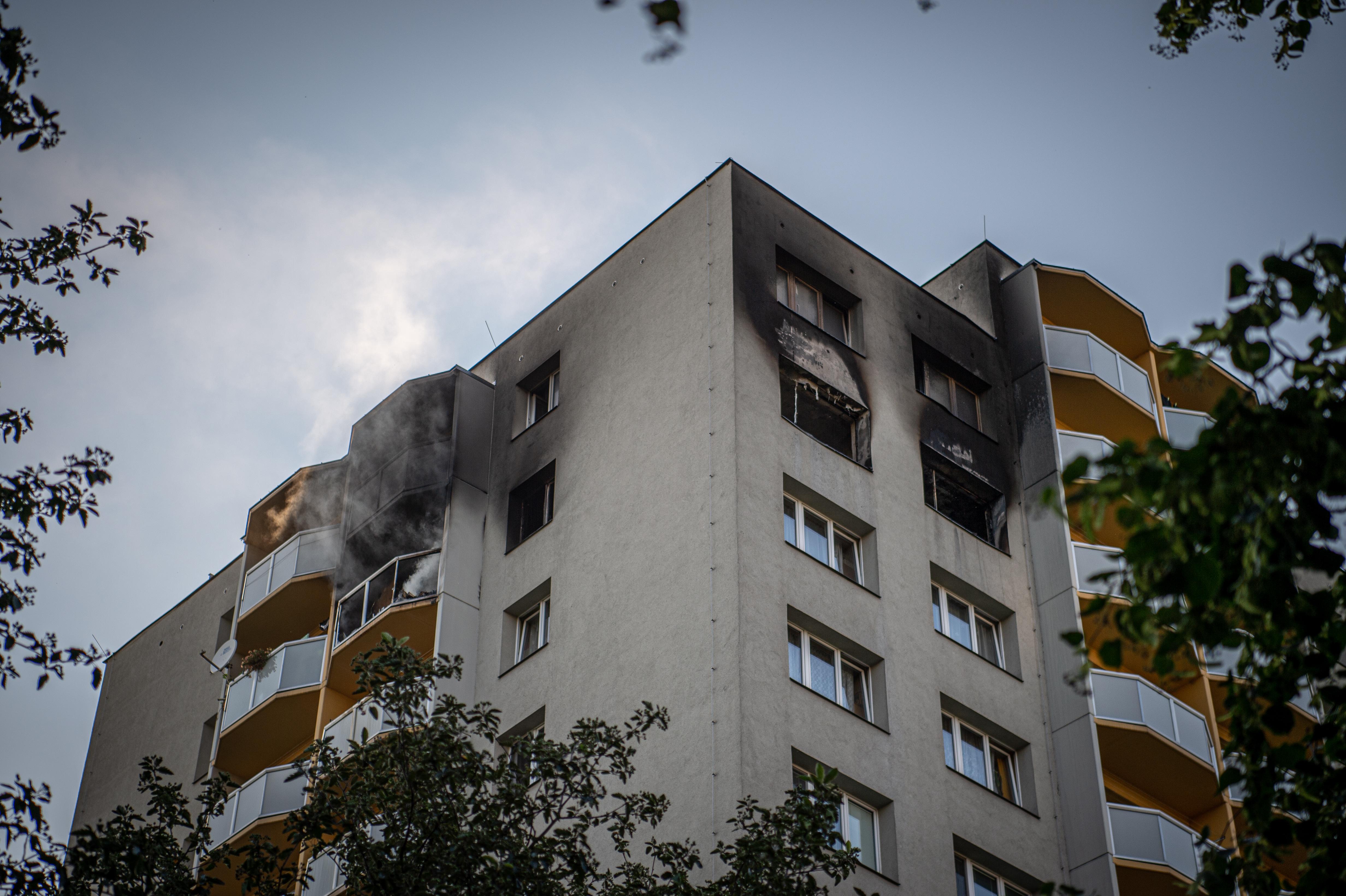 11 halott a gyújtogatás miatt kitört cseh toronyháztűzben, 5 ember kiugrott az ablakon