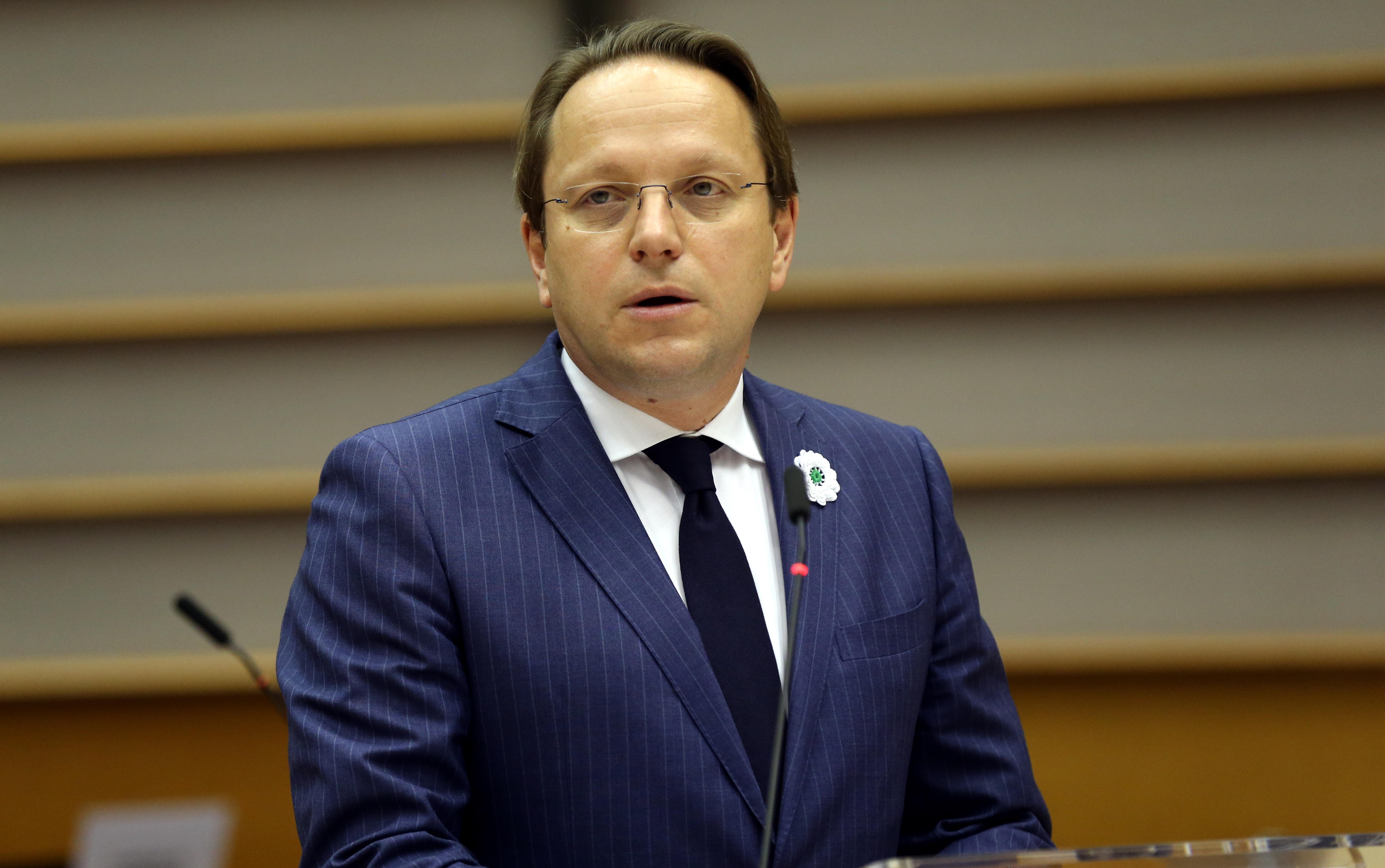 A magyar uniós biztos elítéli a fehérorosz állami erőszakot, és a fogvatartottak szabadon bocsátására szólít fel