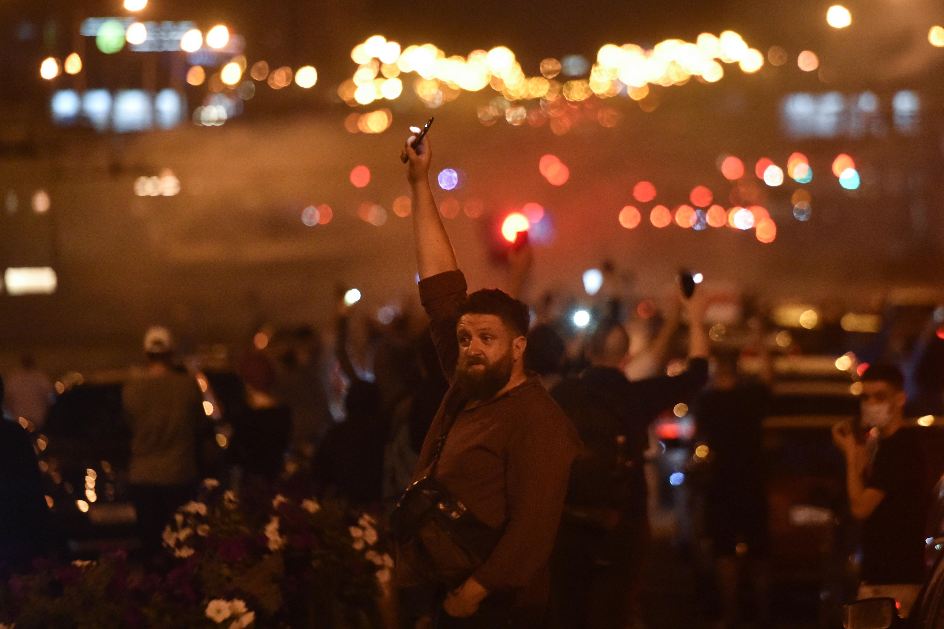 Gumilövedékkel és hanggránátokkal oszlatták Minszkben a második napja tartó tüntetéseket