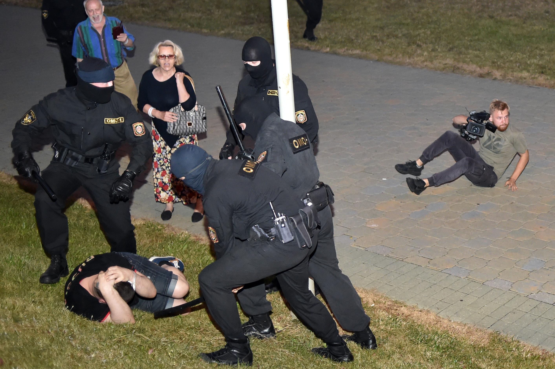 Verés és kínzás nyomai látszanak az őrizetből kiengedett fehérorosz tüntetőkön