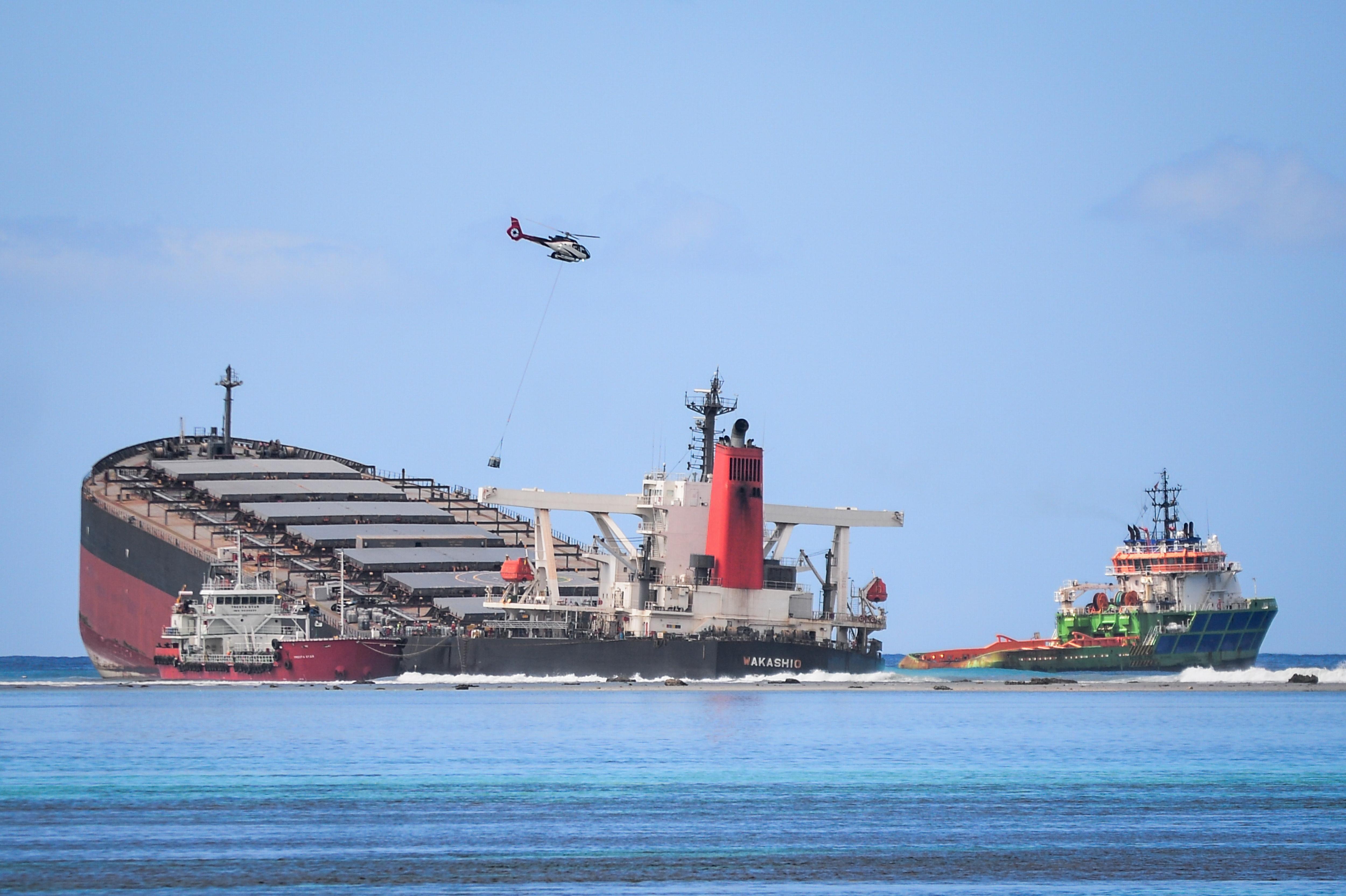 Rohamtempóban igyekeznek kiszivattyúzni az olajat a Mauritiusnál zátonyra futott tankerhajóból, mielőtt kettétörik