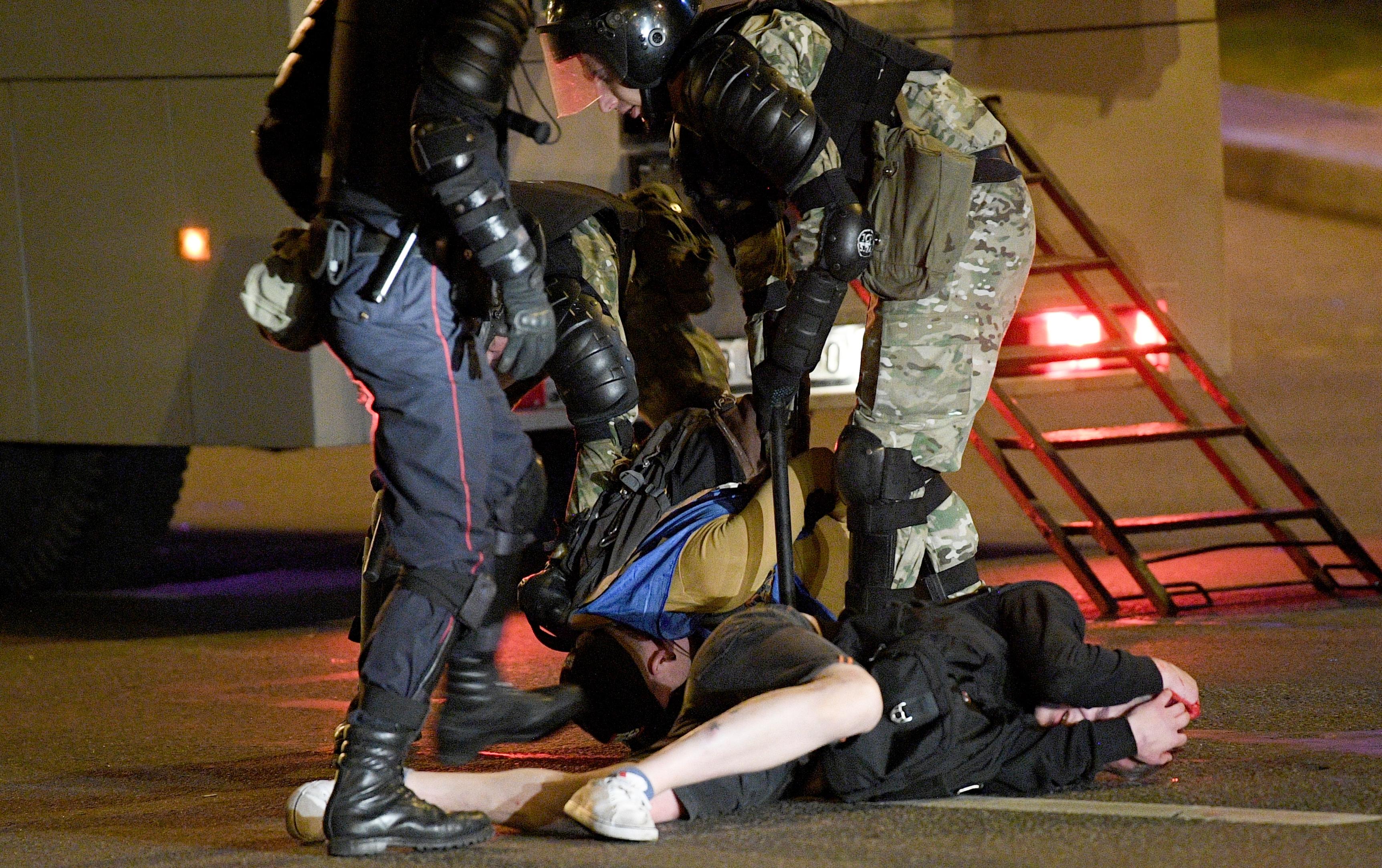 Ezek a rendőrök tényleg szívből utálják az ellenzékieket