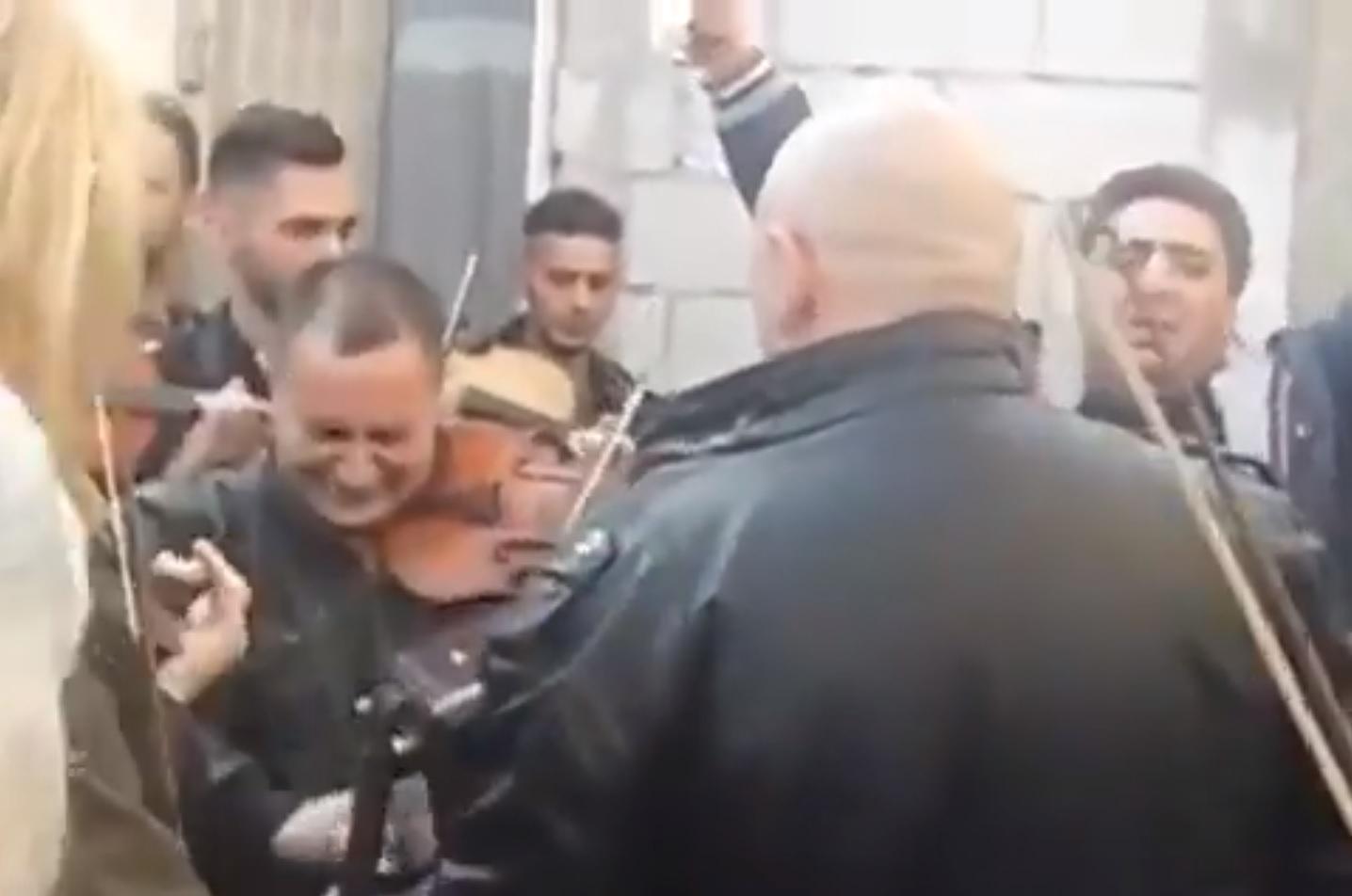 """Miután kiderült, hogy a közmédia nem Bogdán László, hanem egy balkáni hegedűs temetéséről közölt videót, azt simán csak kivették a """"riportból"""""""
