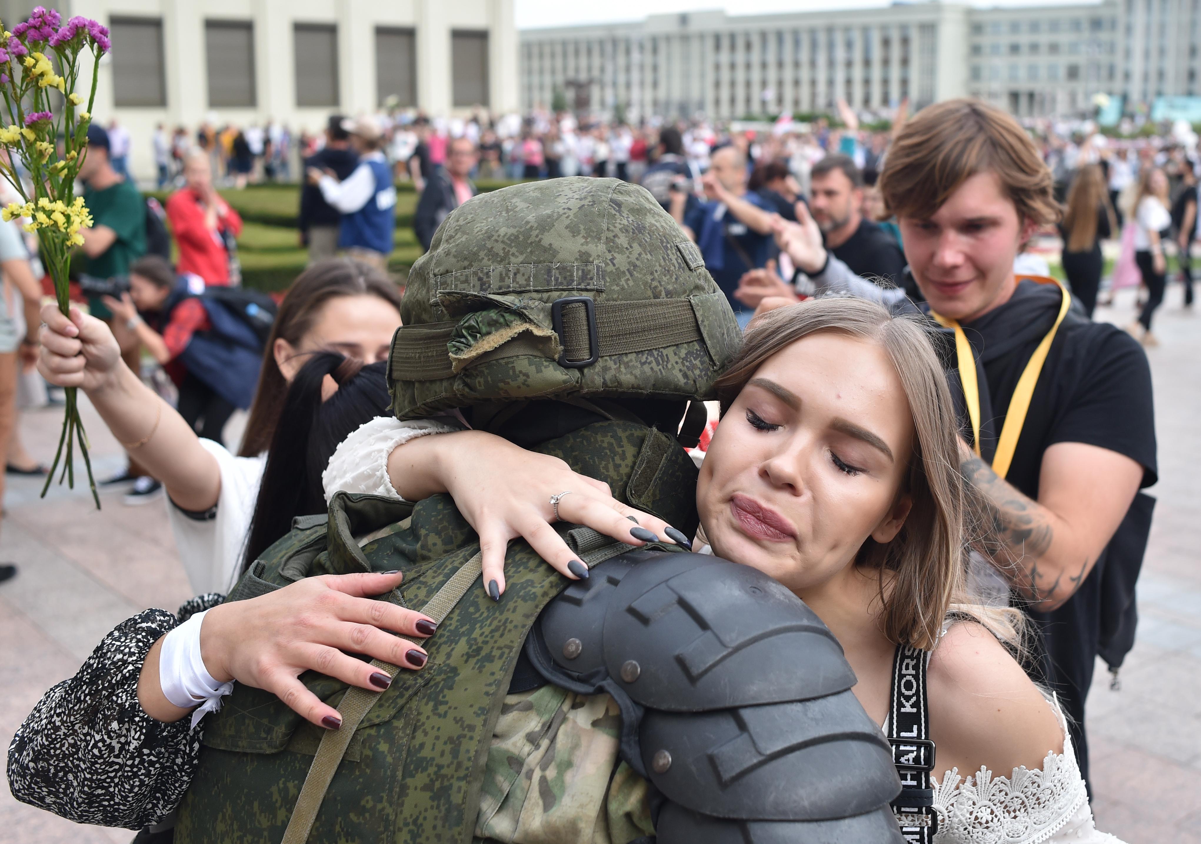 Ezrek tüntetnek Minszkben, a rendőrség nem lép közbe