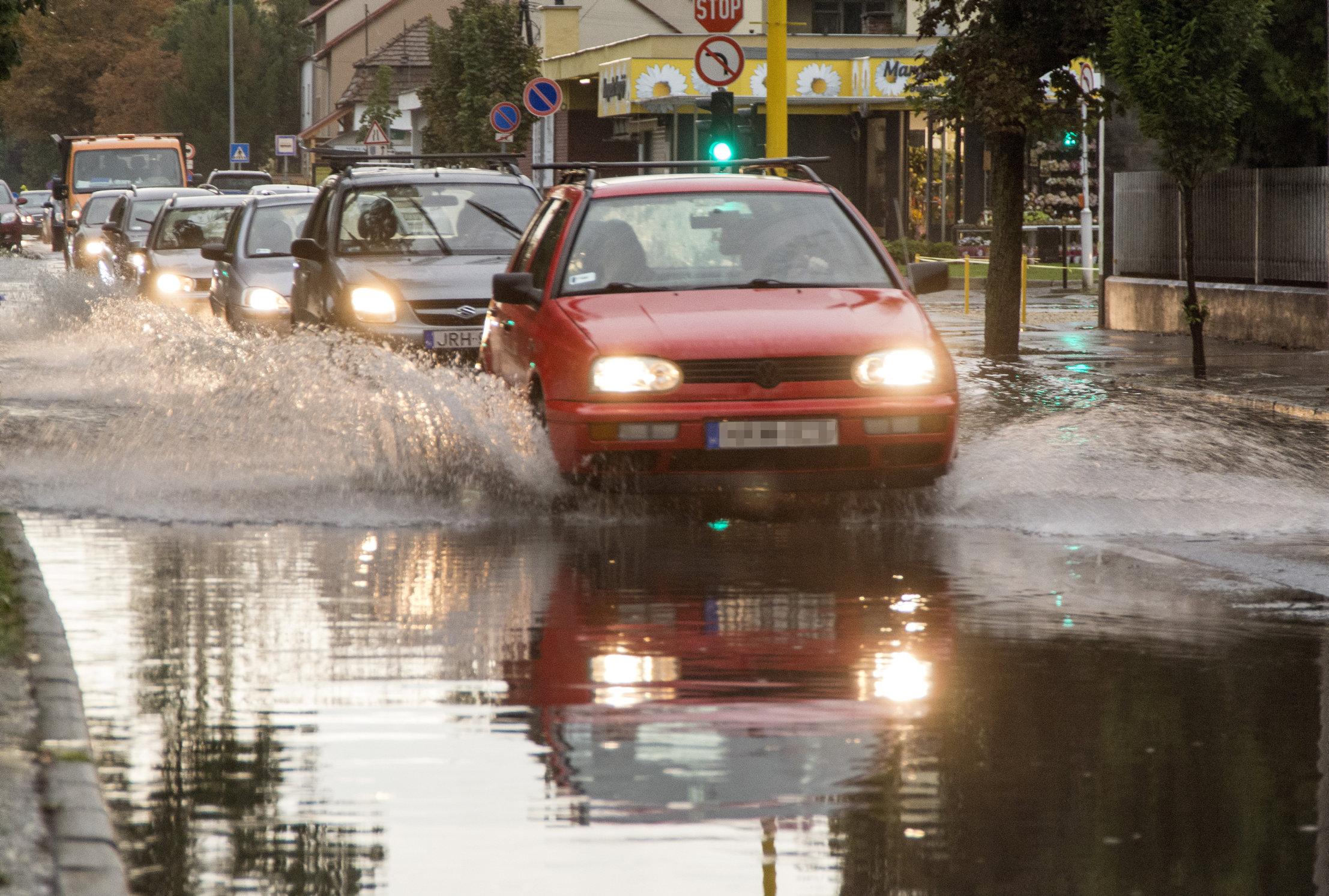 Lecsapott a vihar a Dunántúlra, tűzoltók szivattyúzzák a vizet