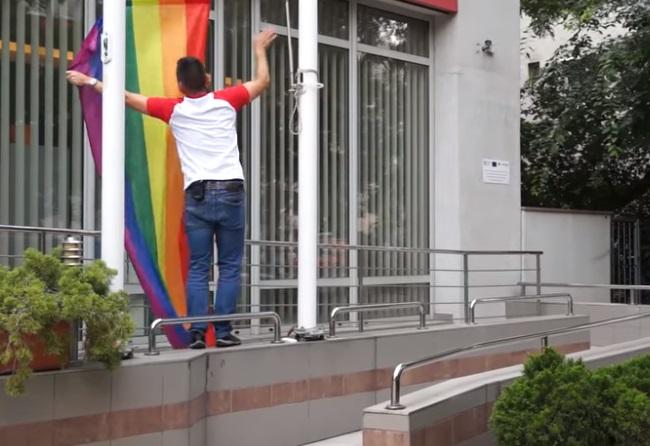 Miután a fideszes holdudvarból jelezték, hogy fizetik a büntetését, Novák Előd újabb szivárványos zászlót szedett le