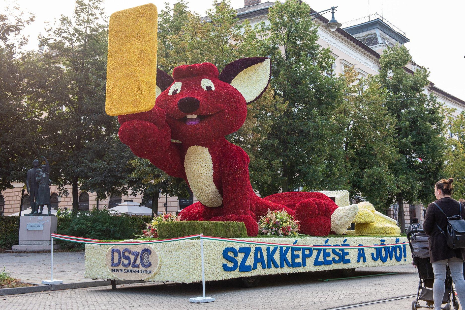 """""""Szakképzésé a jövő!"""" - hirdette Debrecenben az óriási, szelfiző virág-Vuk, számítógépes eszközökkel a farka körül"""