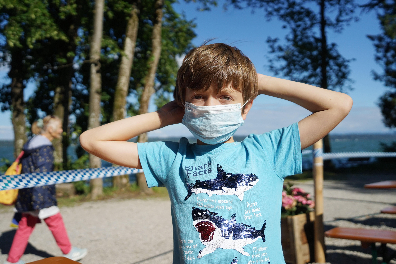 A WHO szerint 12 éves kortól mindenkinek maszkot kellene hordania
