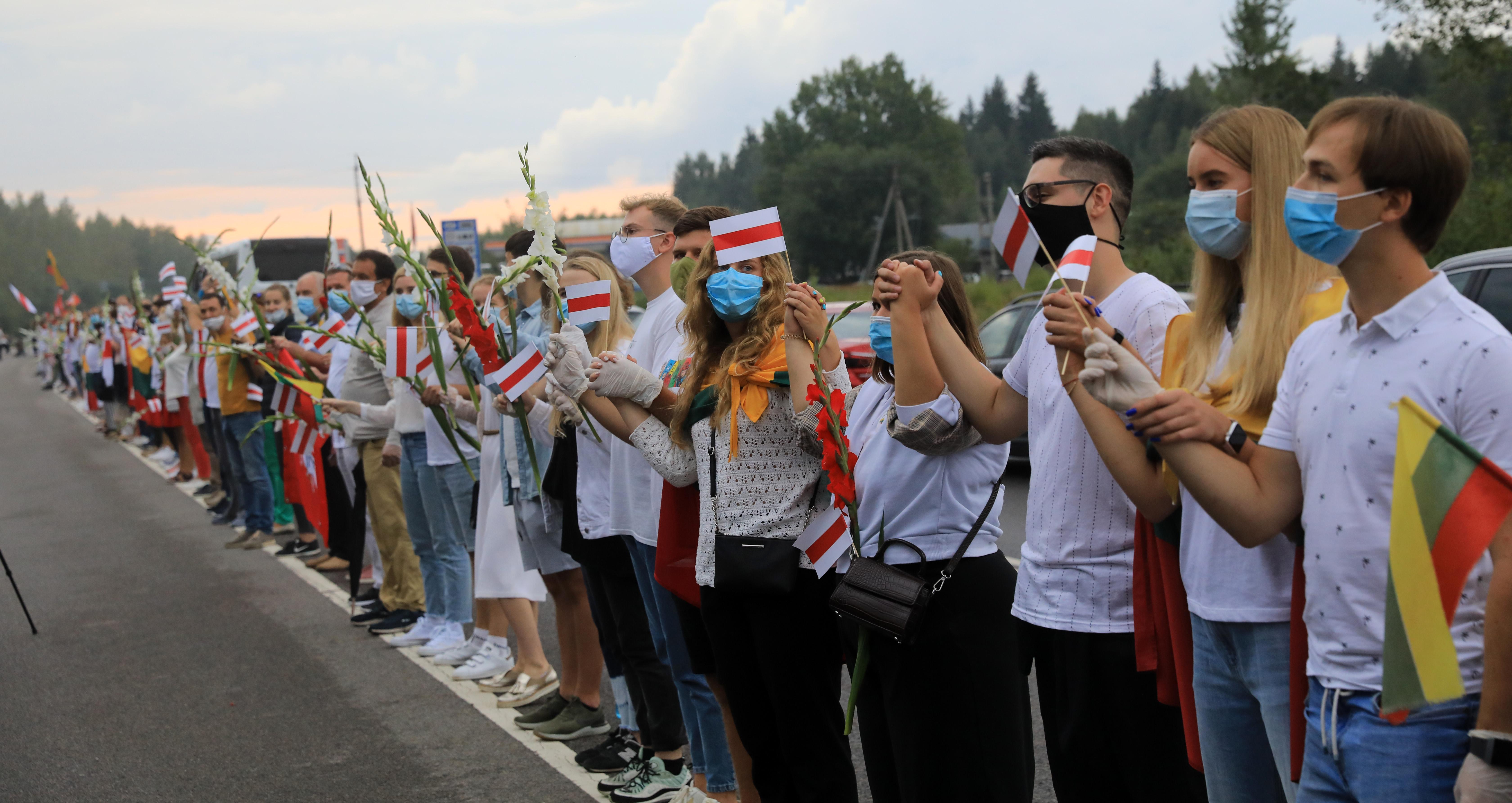 Tízezrek álltak élőláncba a tüntetők melletti szolidaritásból Vilniustól a litván-belarusz határig