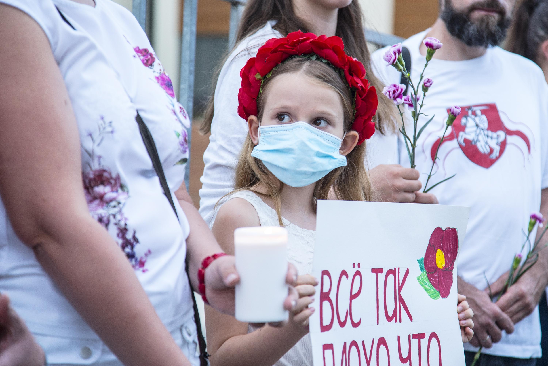 Fehér ruhás nők, virággal a kezükben tüntettek a fehérorosz nagykövetség előtt