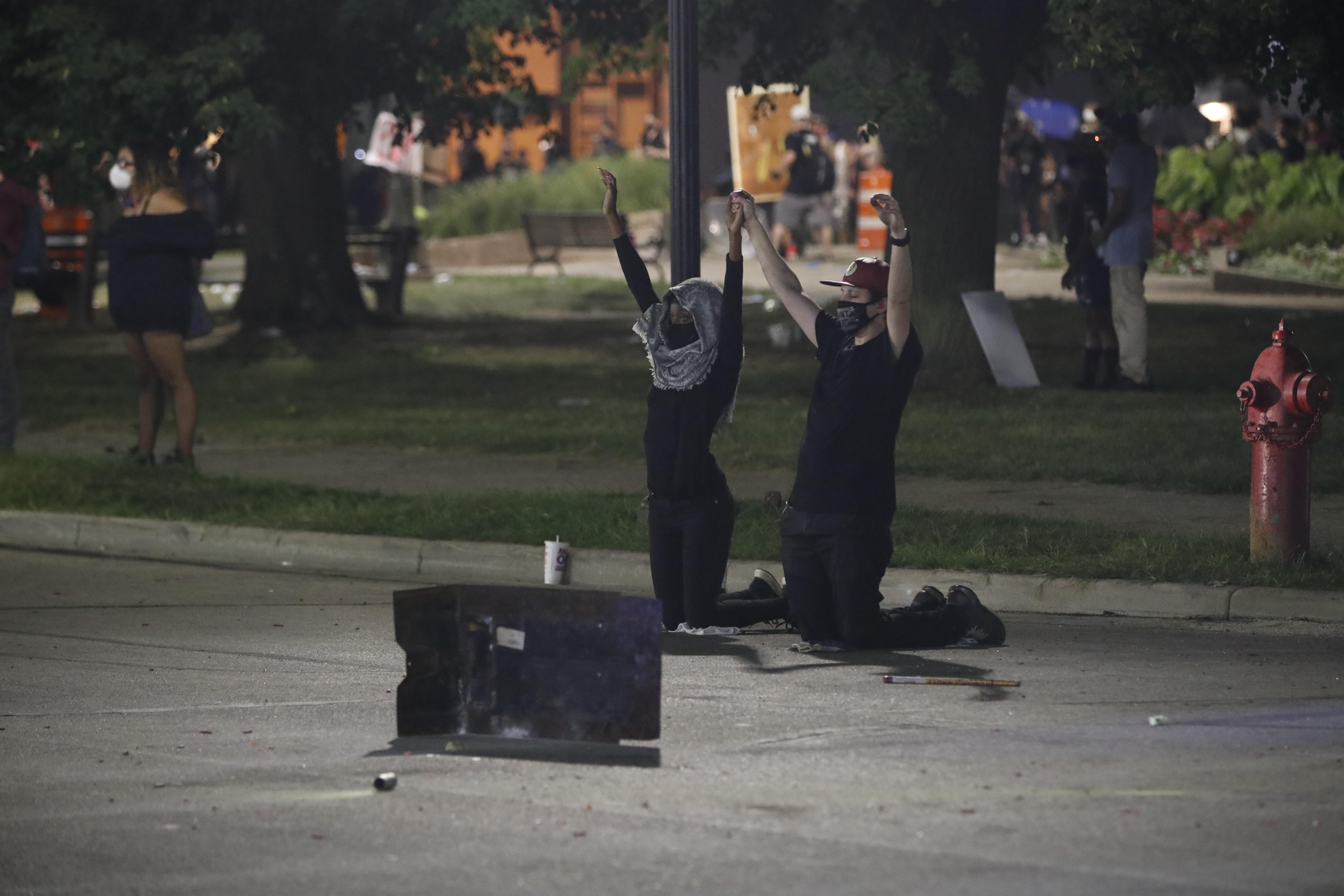 Bevetették a Nemzeti Gárdát Wisconsinban, ahol egy rendőr közvetlen közelről lőtt szitává egy fekete férfit