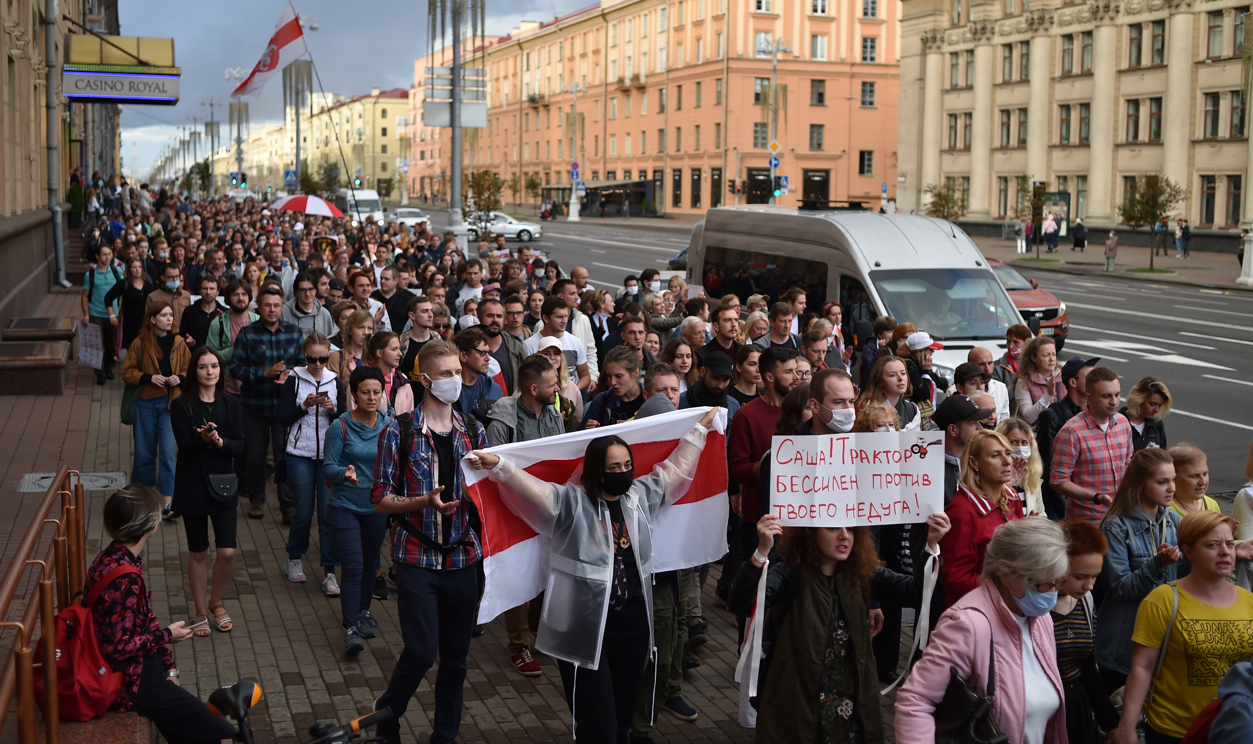 A fehérorosz rendőrség elvitt 20 újságírót a tüntetésről, aztán elkezdték oszlatni a tömeget
