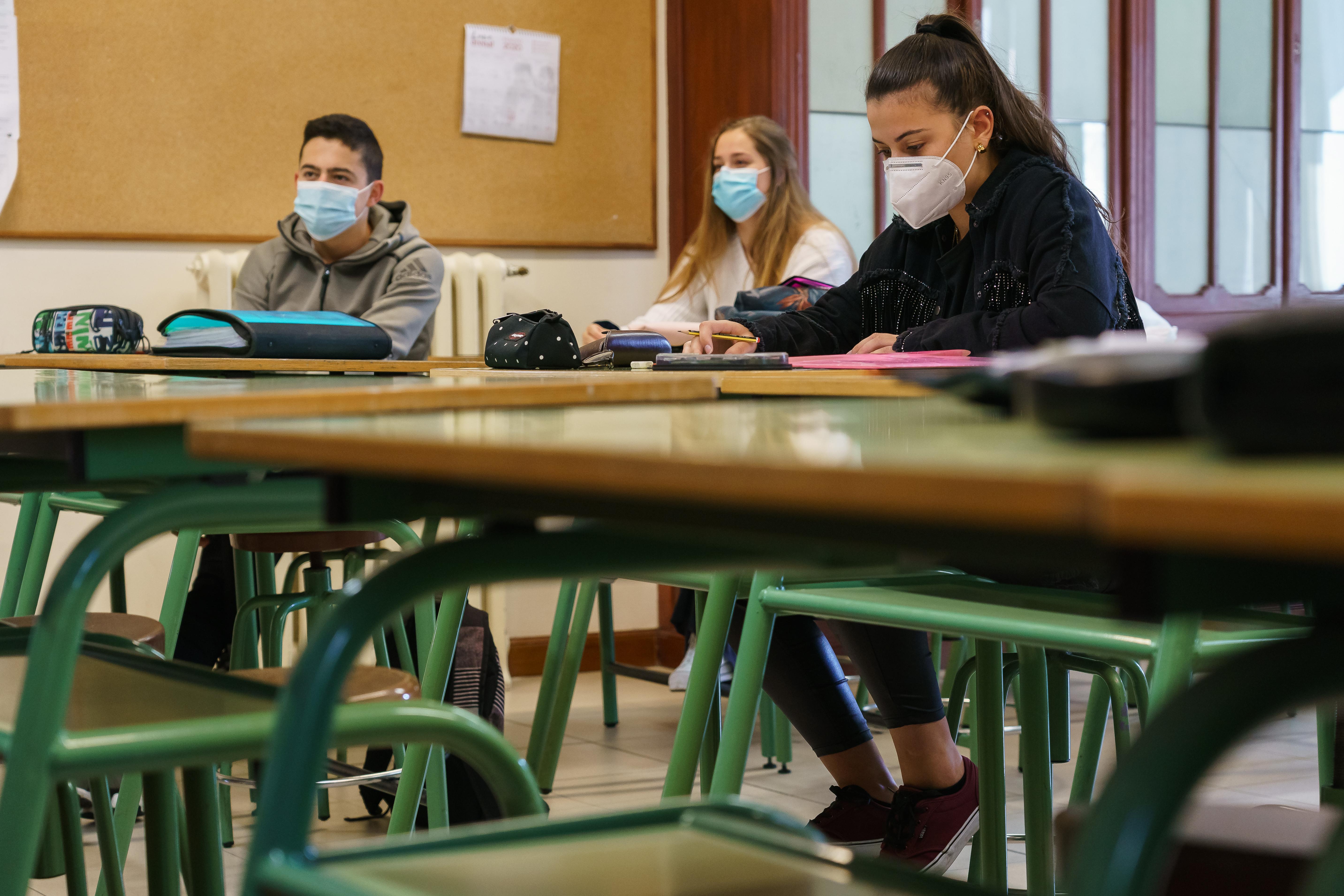 Hat éves kortól kötelező lesz a maszk a spanyol iskolákban