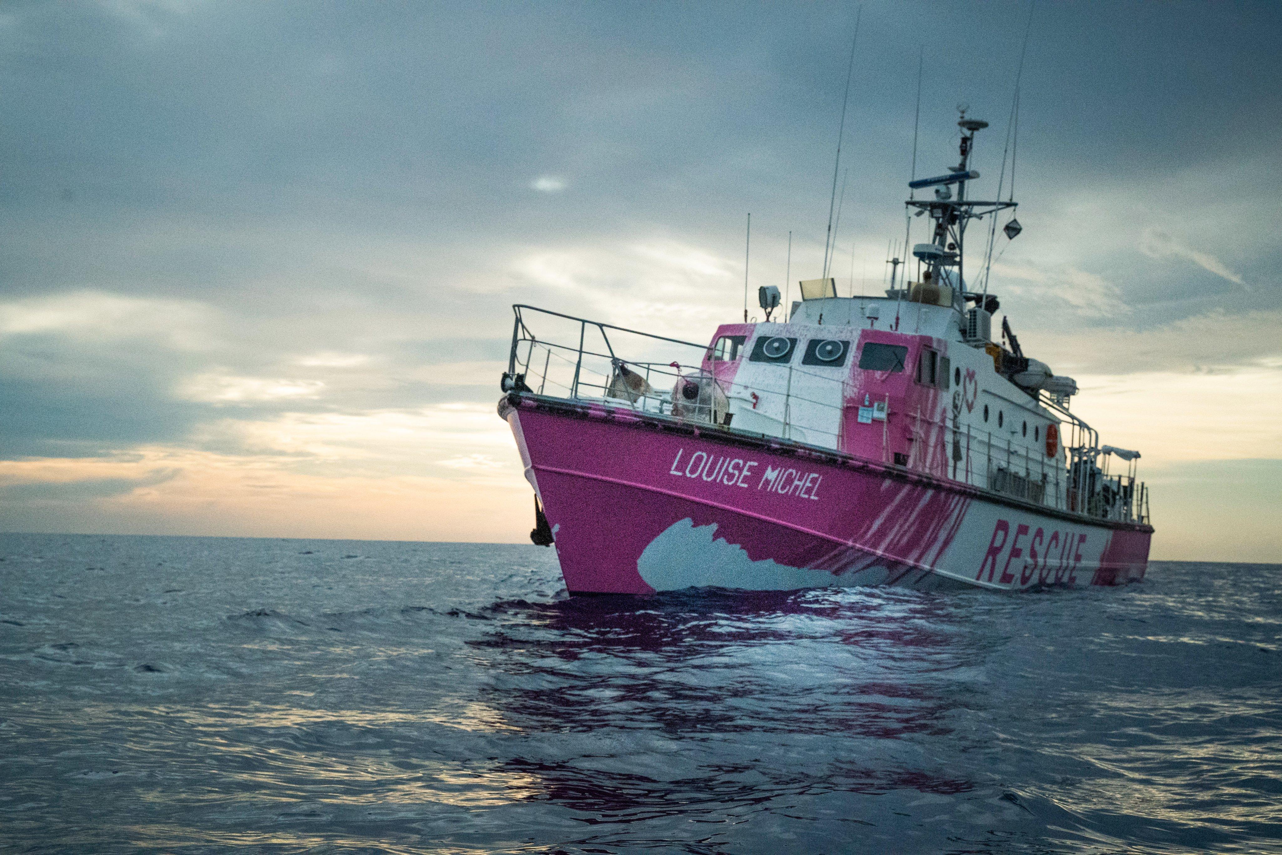 200 emberrel a fedélzetén a tengeren rostokol Banksy mentőhajója