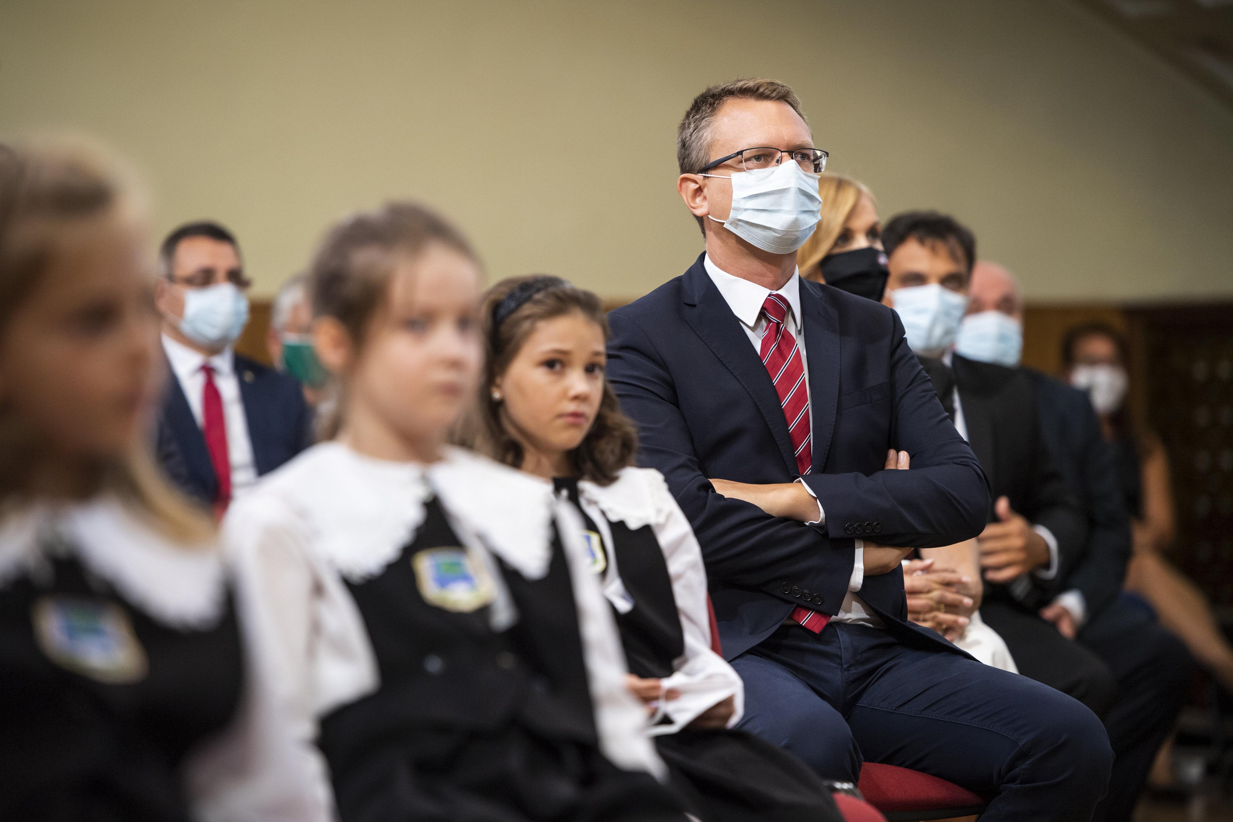 Rétvári: Azért nem kell konktaktkutatás, mert az úgysem véd meg a vírustól