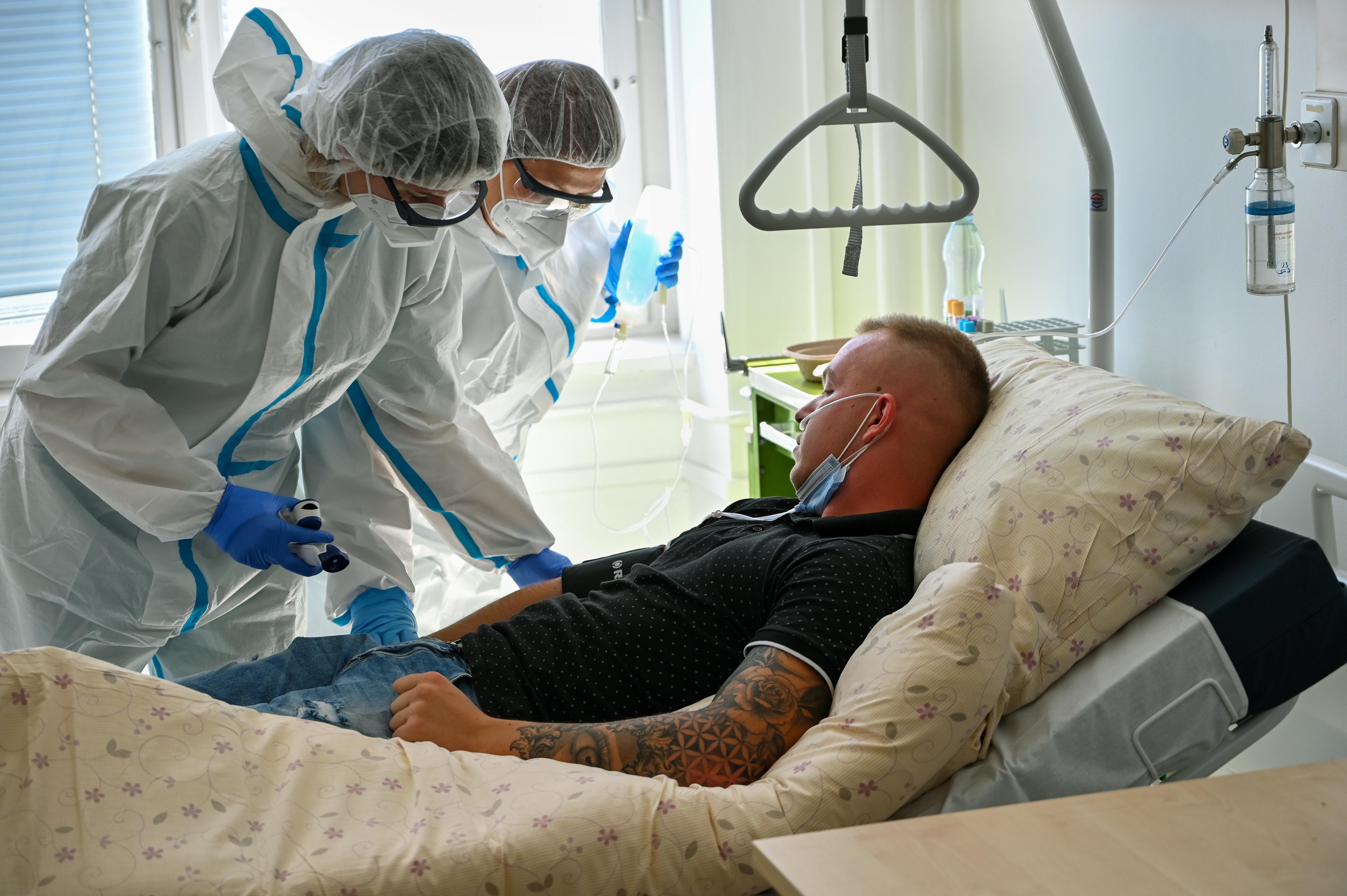 894 új fertőzött van, meredeken emelkedik a kórházban ápolt betegek száma