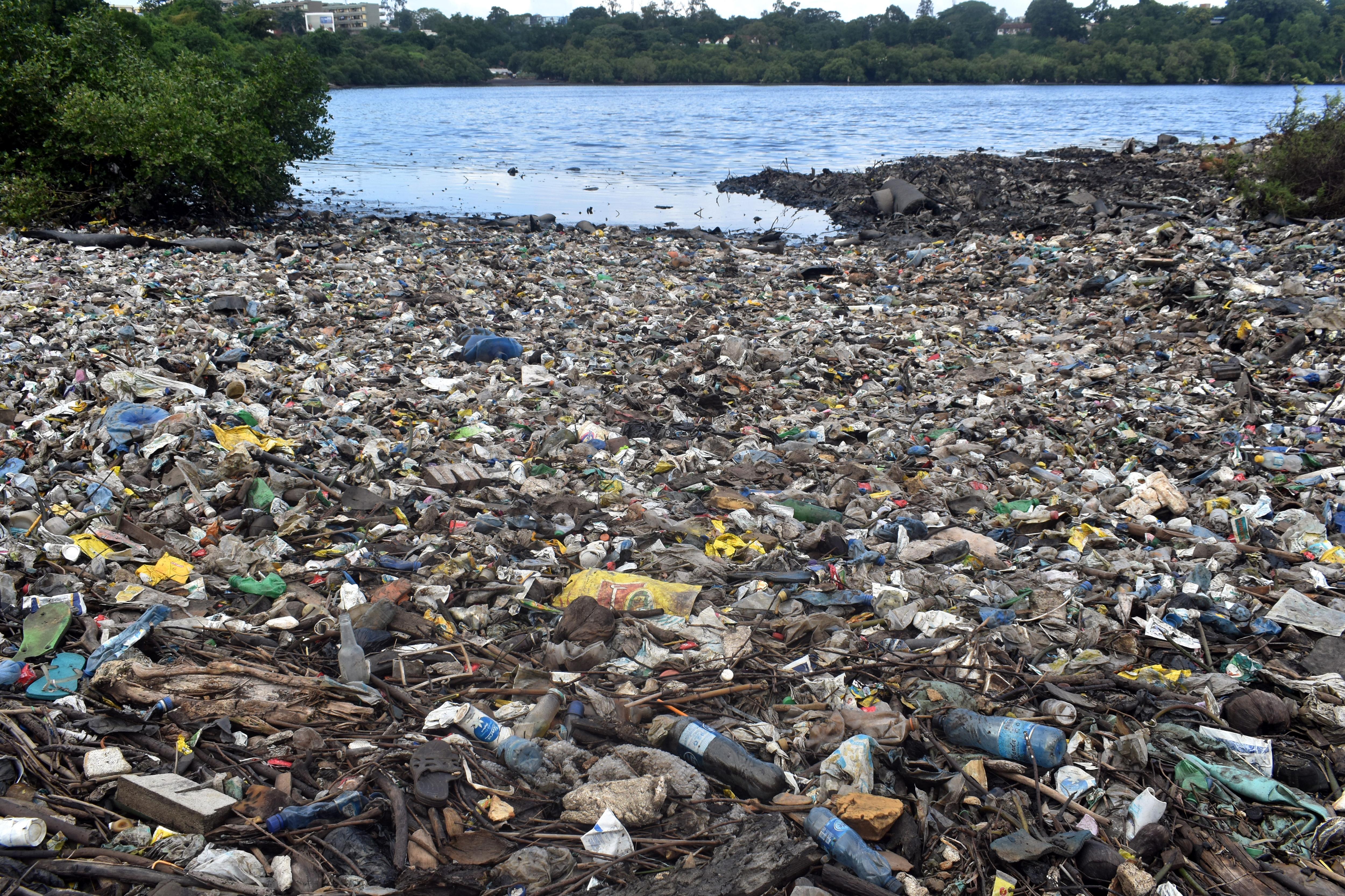 Bajban van az amerikai olajipar, úgyhogy kitalálták, hogy műanyagba fullasztanák Afrikát