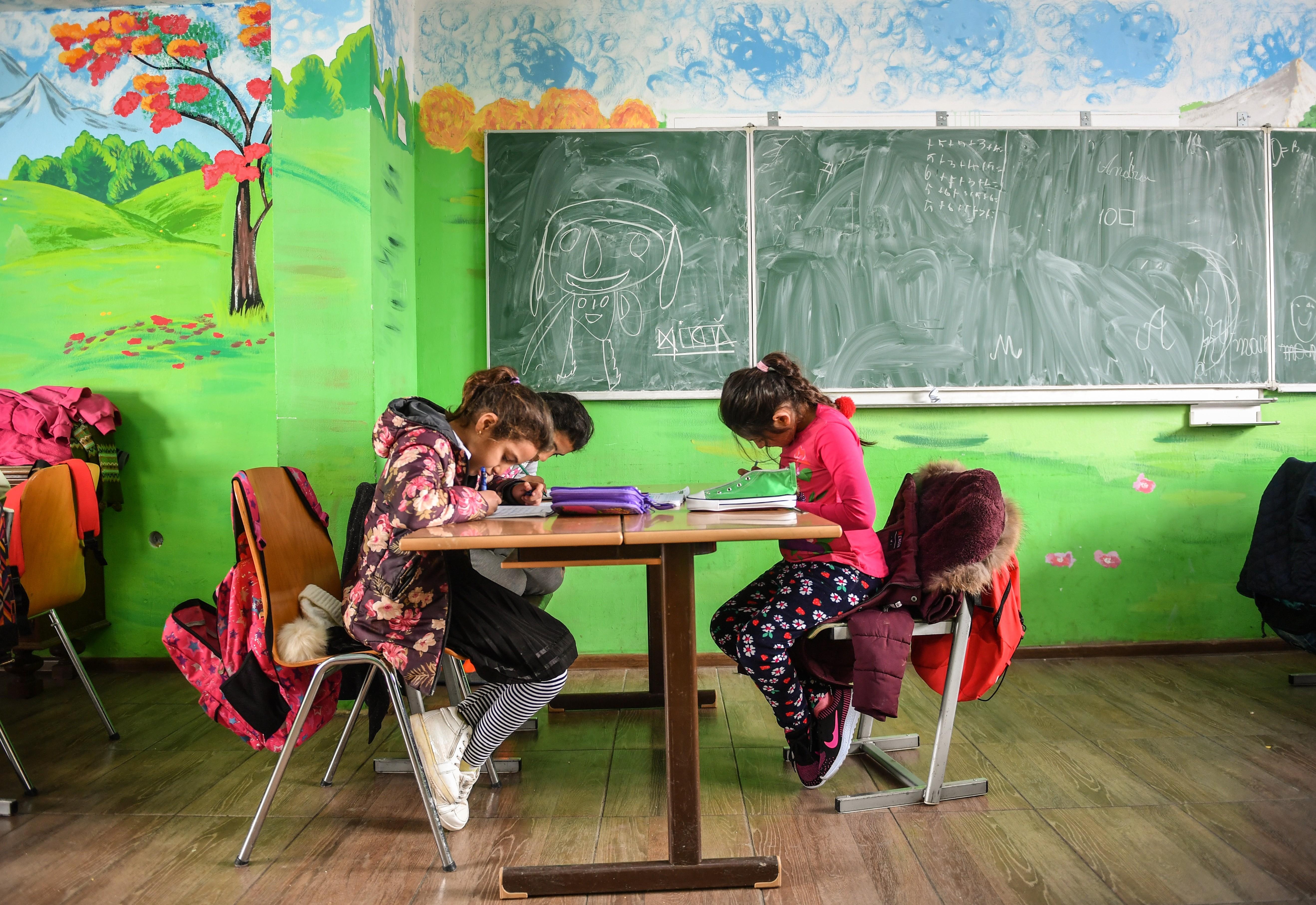 Romániában szerdától oltják a tanárokat