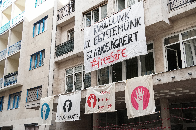 Az ELTE médiaintézetének oktatói kiállnak az SZFE autonómiája mellett