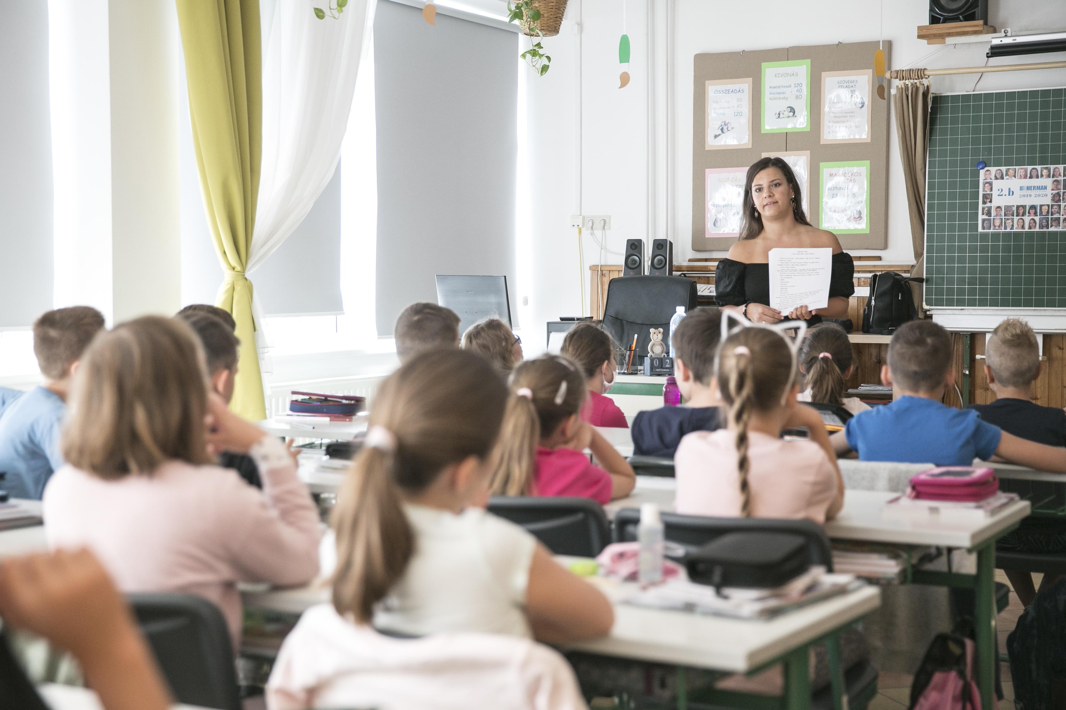 Hiába nyitják az iskolákat, a TASZ szerint bizonyos esetekben a pedagógus is jogszerűen maradhat otthon, és a szülő is otthon tarthatja a gyereket