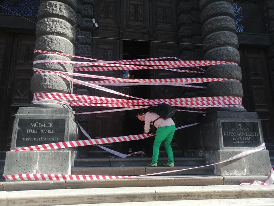 A Magyar Képzőművészeti Egyetemet is szalagokkal kerítették el az SZFE melletti kiállásként