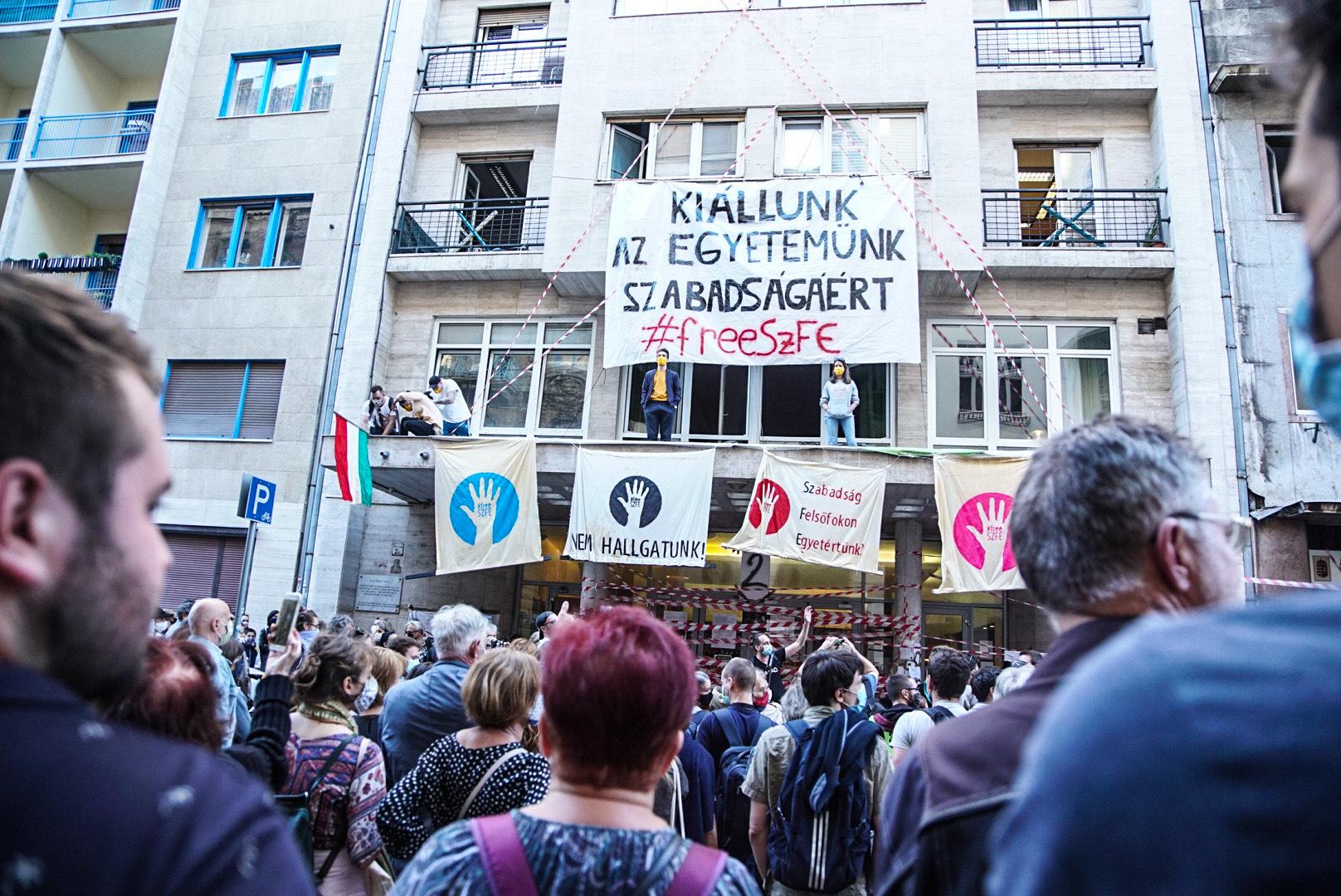 Versfelolvasással tüntettek az SZFE előtt