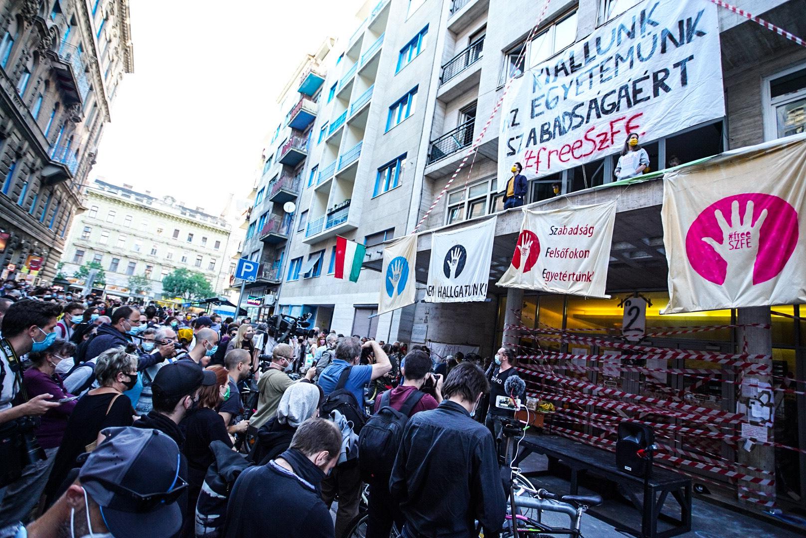 Nyílt levélben tiltakoznak az ELTE diákjai a saját egyetemük hallgatói önkormányzatának SZFE-s közleménye miatt