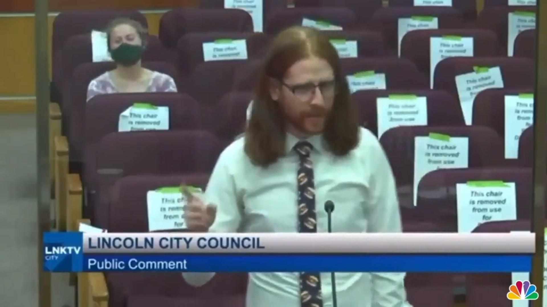 Egy lincolni férfinak elege lett: felszólalt a városi tanácsban, hogy nevezzék át a csont nélküli csirkeszárnyat