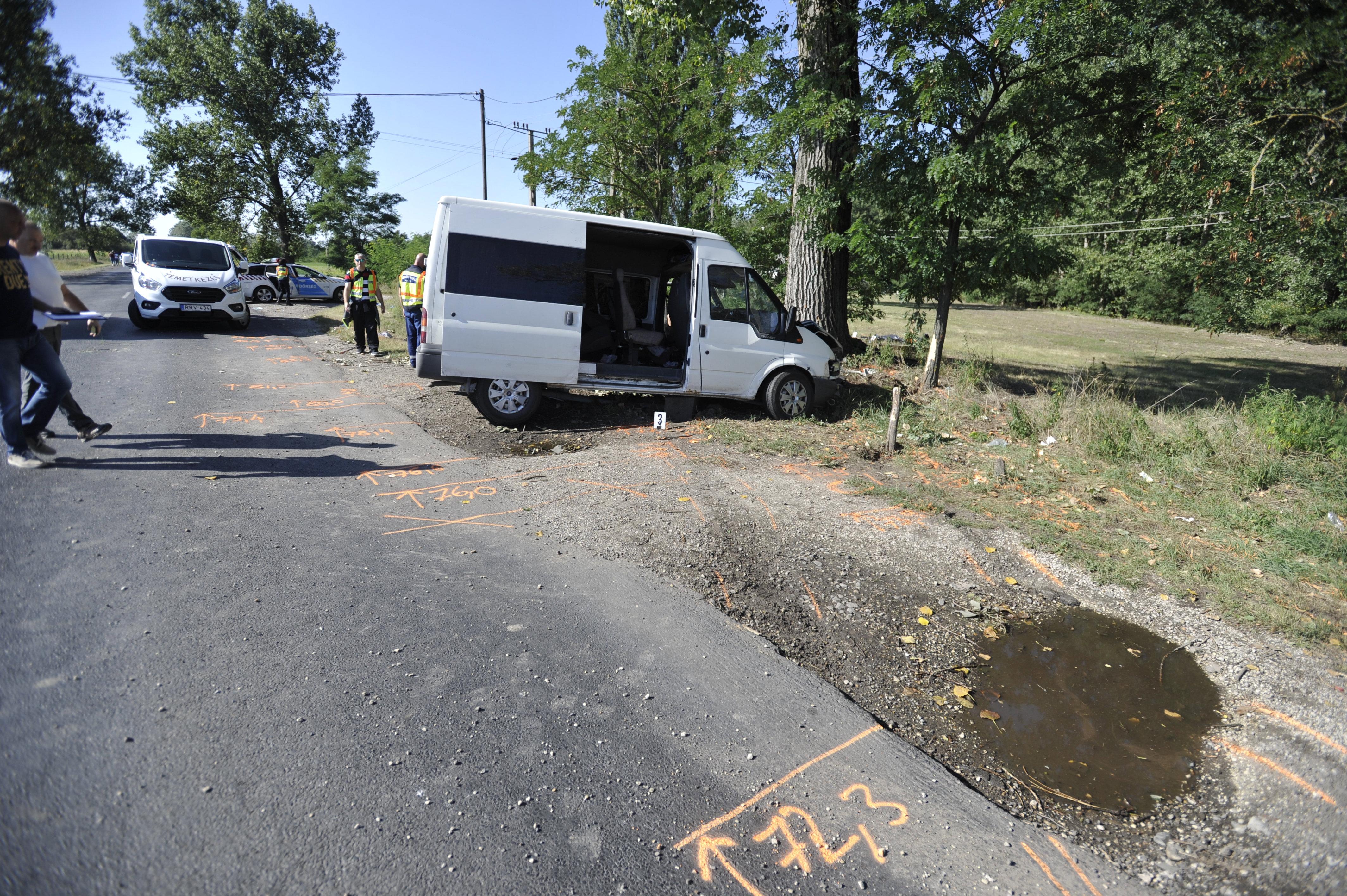 Két ember meghalt, amikor egy buszmegállóba csapódott egy kisbusz Nyársapátnál