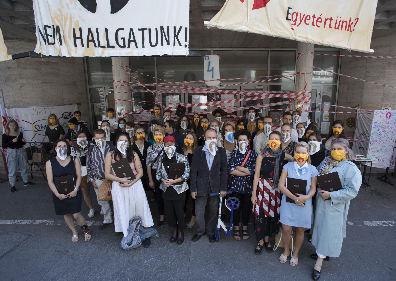 Az SZFE-t támogató maszkban vették át diplomáikat a Képzőművészeti Egyetem hallgatói