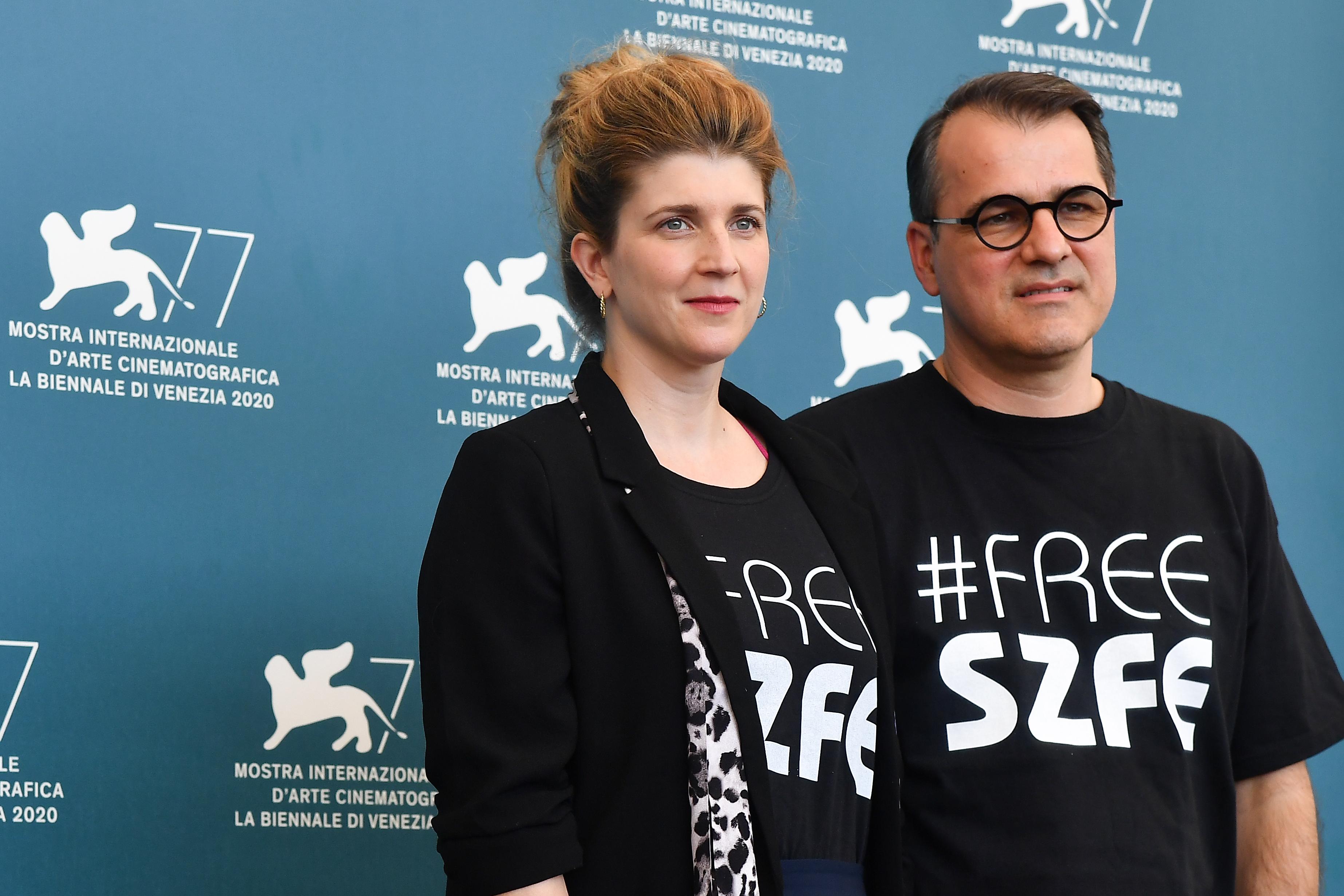 Mundruczóék #freeSZFE-s pólóban nyomulgatnak a velencei fesztiválon