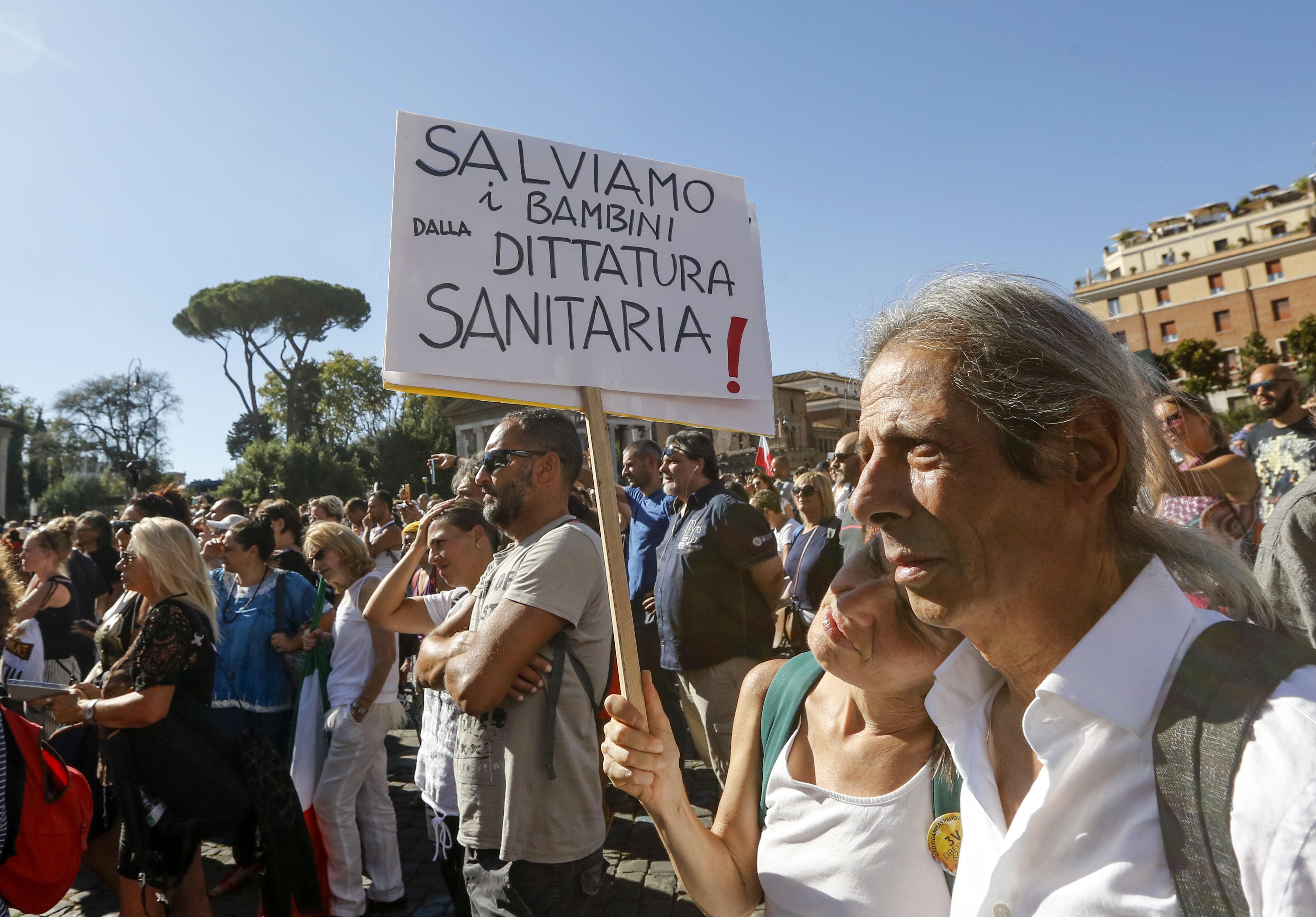 Több ezer koronavírus-tagadó tüntetett Rómában