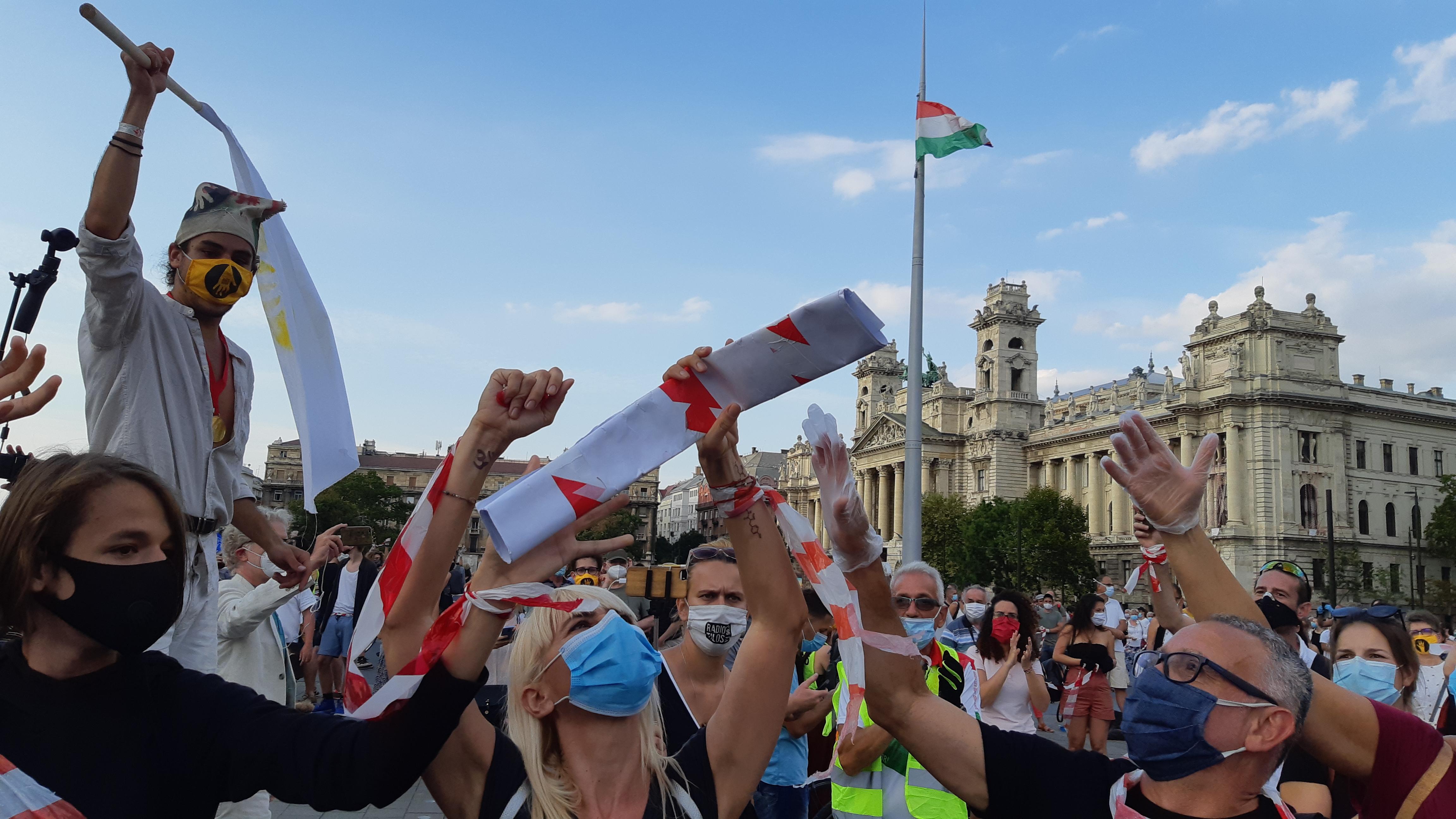 Sok kilométeres, karneváli hangulatú élőlánc üzent a Parlamentnek az SZFE védelmében