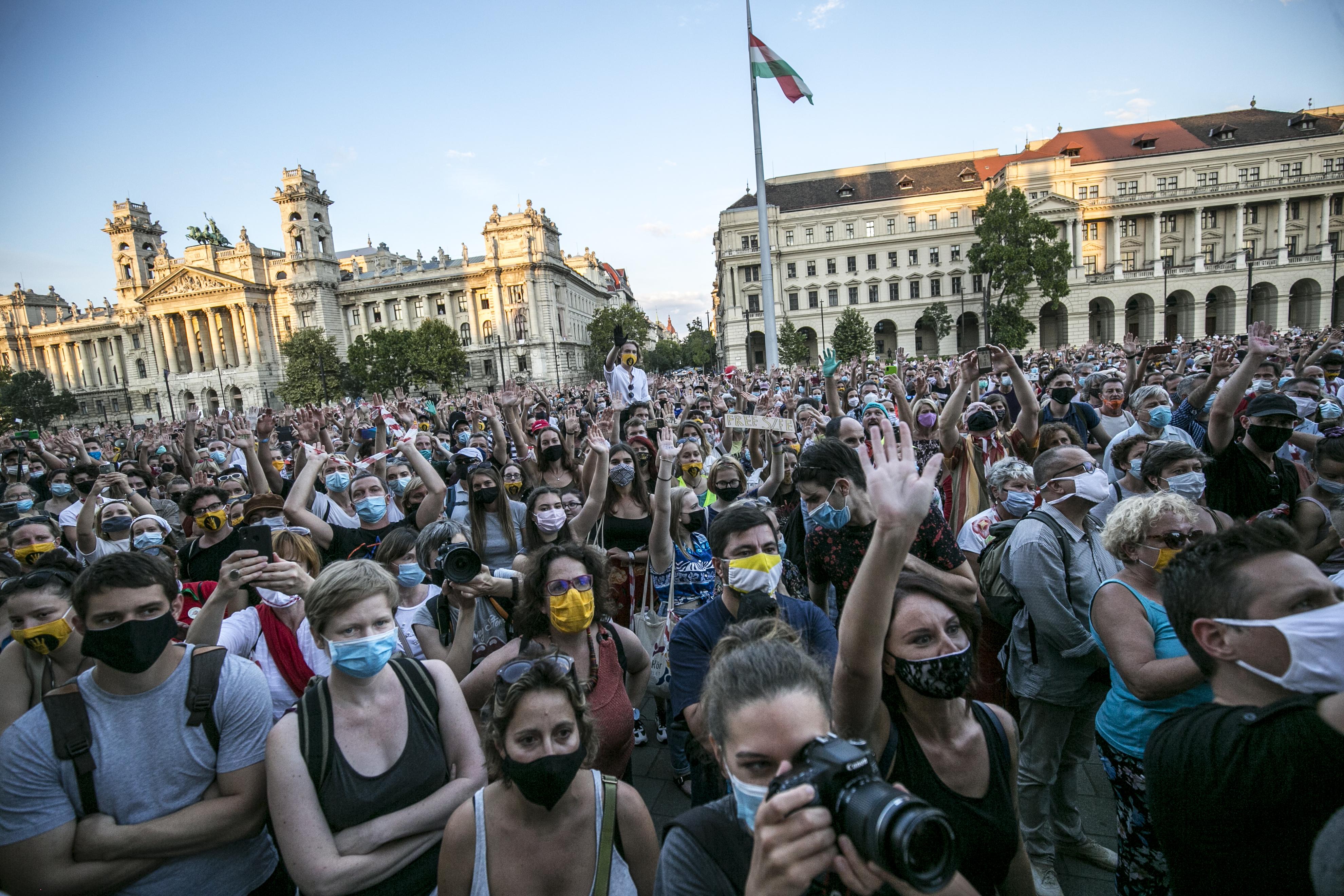 Úgy intézi a kormány, hogy még ne lehessen tüntetni rögtön 5 millió beoltott után
