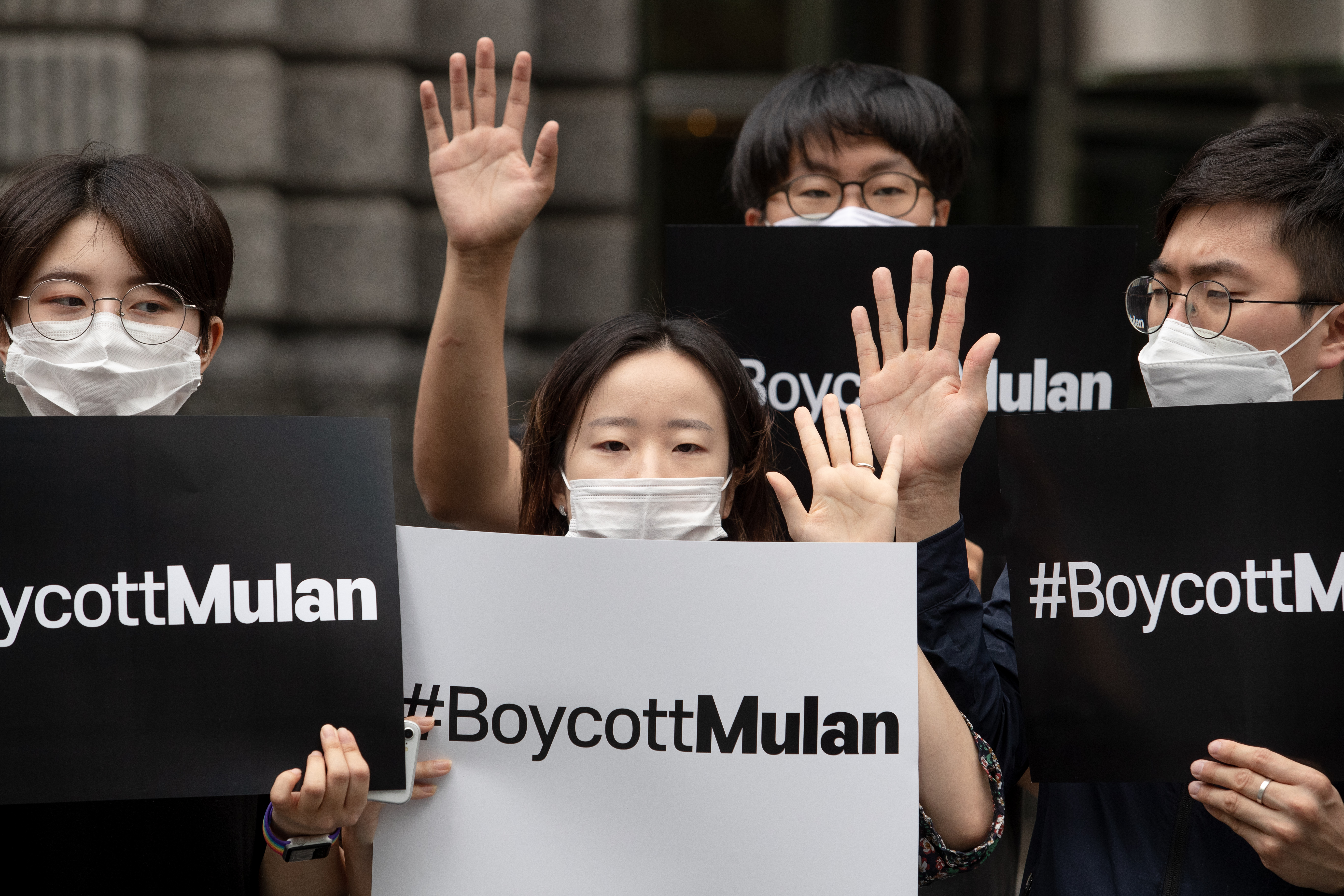 """Az ujgur """"átnevelő táborokat"""" üzemeltető kormányszervnek is köszönetet mond a Disney az új Mulan stáblistáján"""