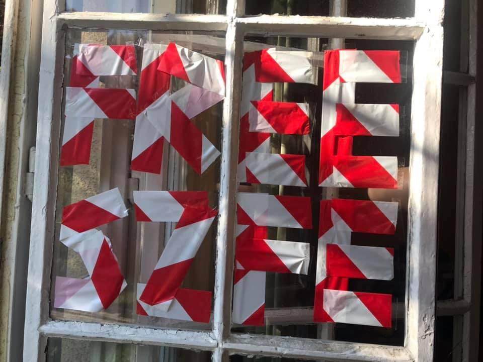 Ablakban, ajtón, kutyán, táskán, kocsin: mozgalom lett a piros-fehér tiltakozó szalag kitűzéséből