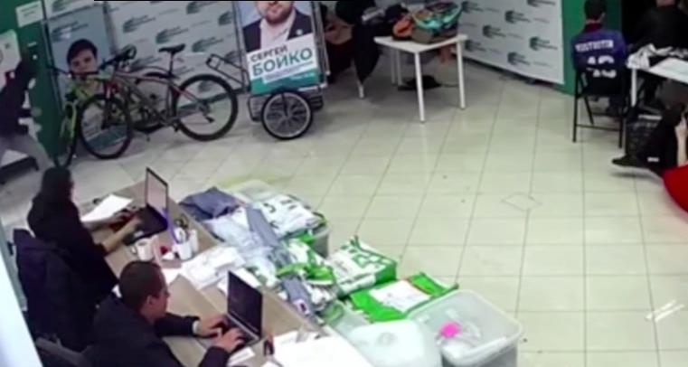 Bűzös folyadékkal támadtak rá Navalnij ellenzéki aktivistáira