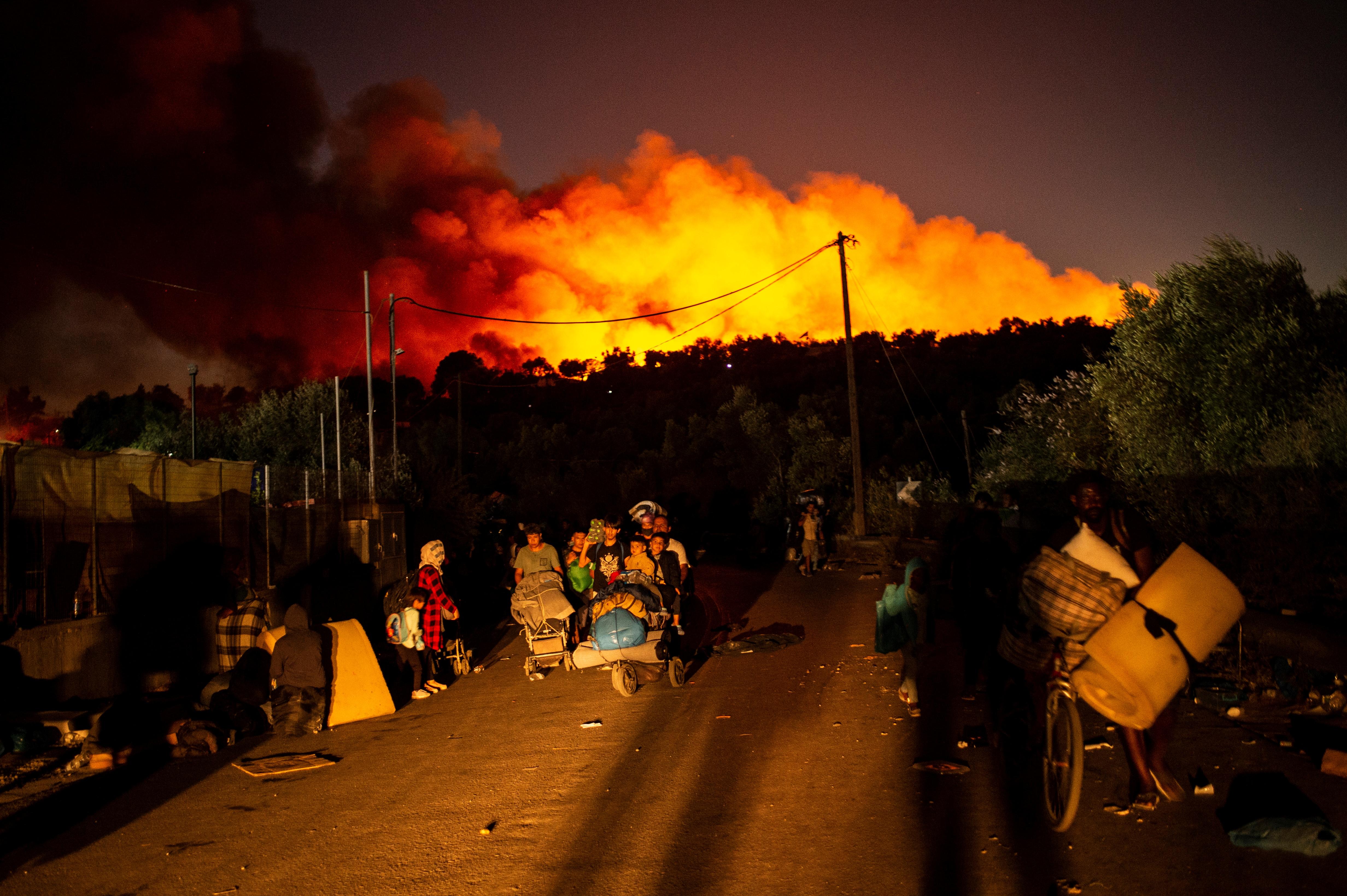 Elfogtak öt embert, akiket a moriai menekülttábor felgyújtásával gyanúsítanak