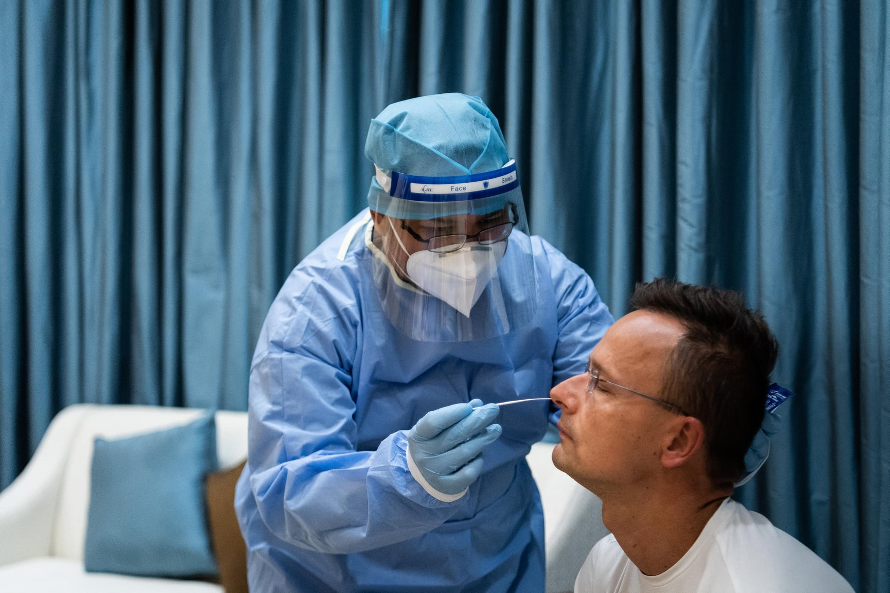 Nyugdíjasokat toboroznak, hogy teszteljenek koronavírus-gyanús embereket