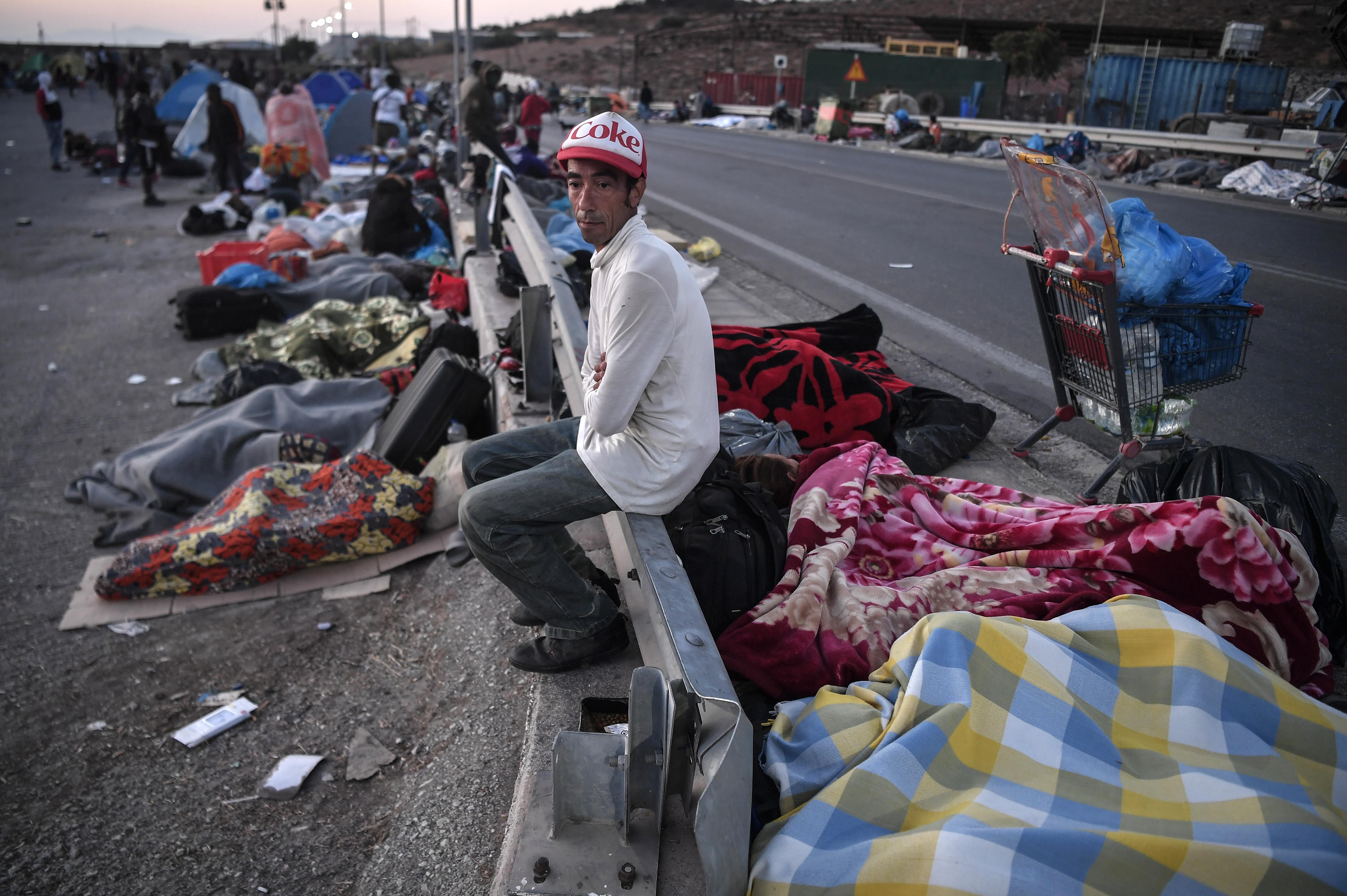 Éhezés és teljes bizonytalanság vár a leégett leszboszi menekülttábor lakóira