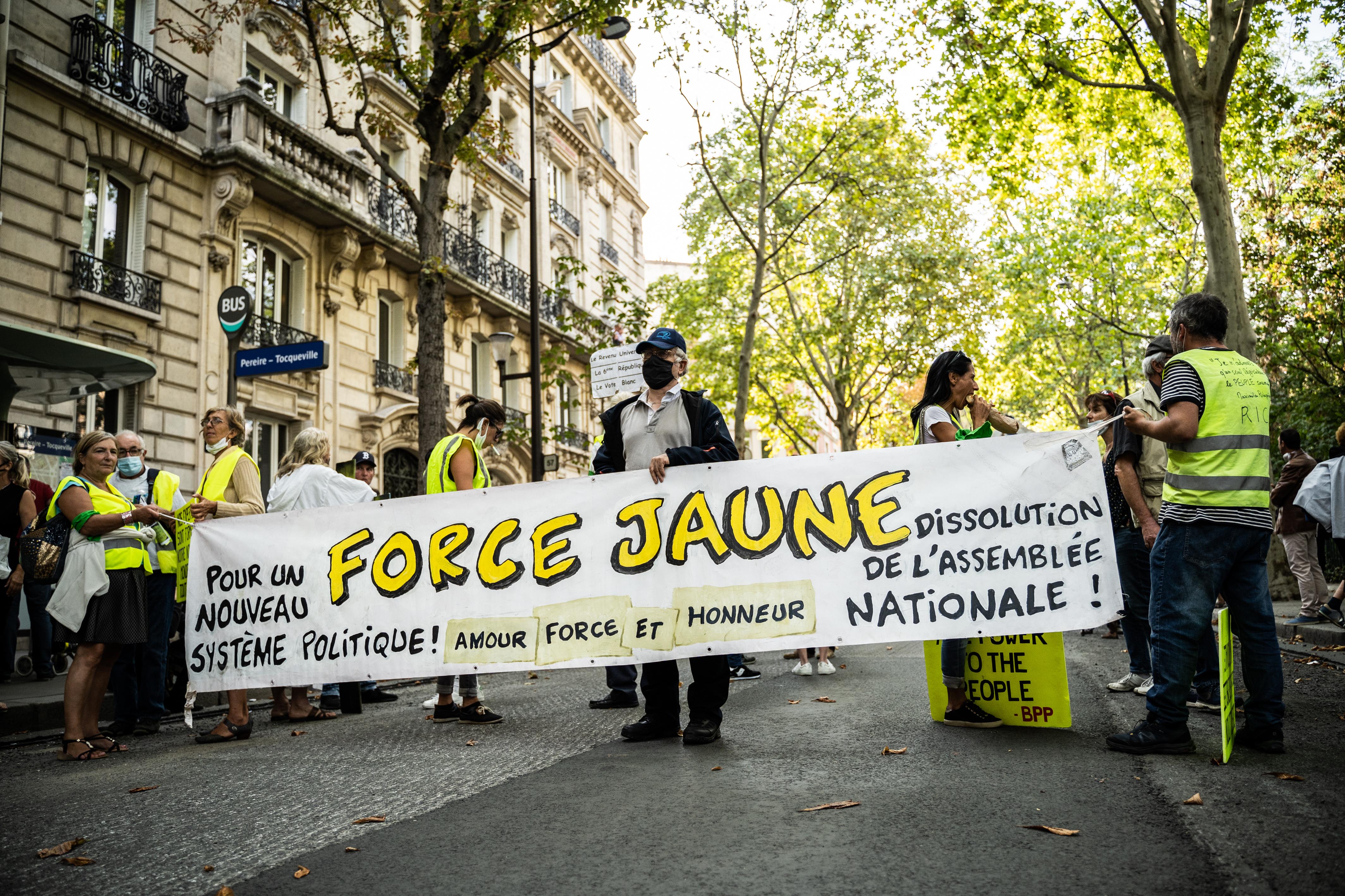 Visszatértek a sárgamellényesek a párizsi utcákra