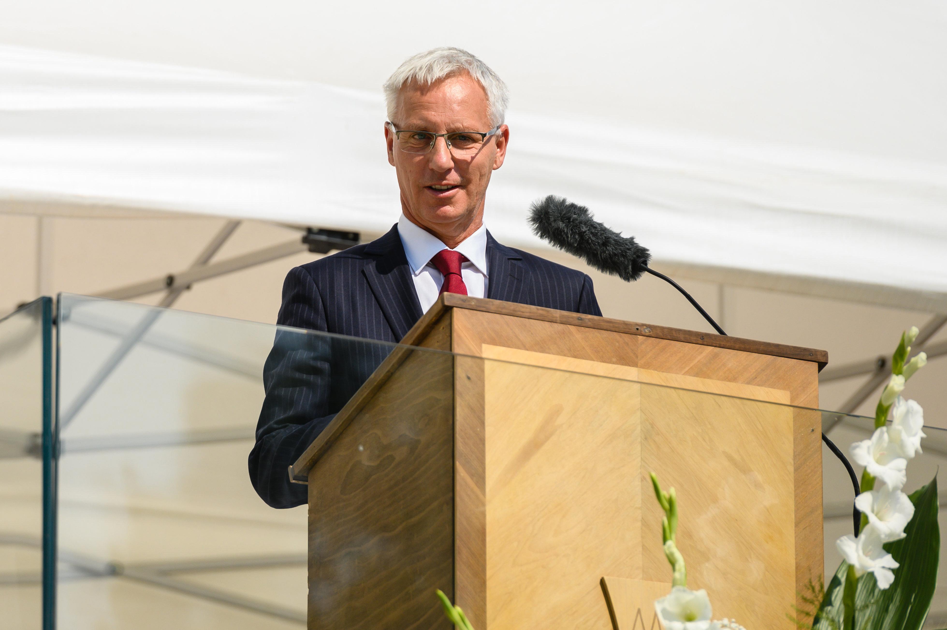 Kikezdik legalapvetőbb emberi értékeinket, megértőek a válásokkal – mondta Spányi püspök, és átadta a másfél milliárdért felújított kegyhelyet