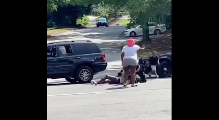 Kirúgták a seriffhelyettest, aki a sikoltozó családja szeme láttára ütötte-verte a földre szorított, vérző, fuldokló fekete férfit