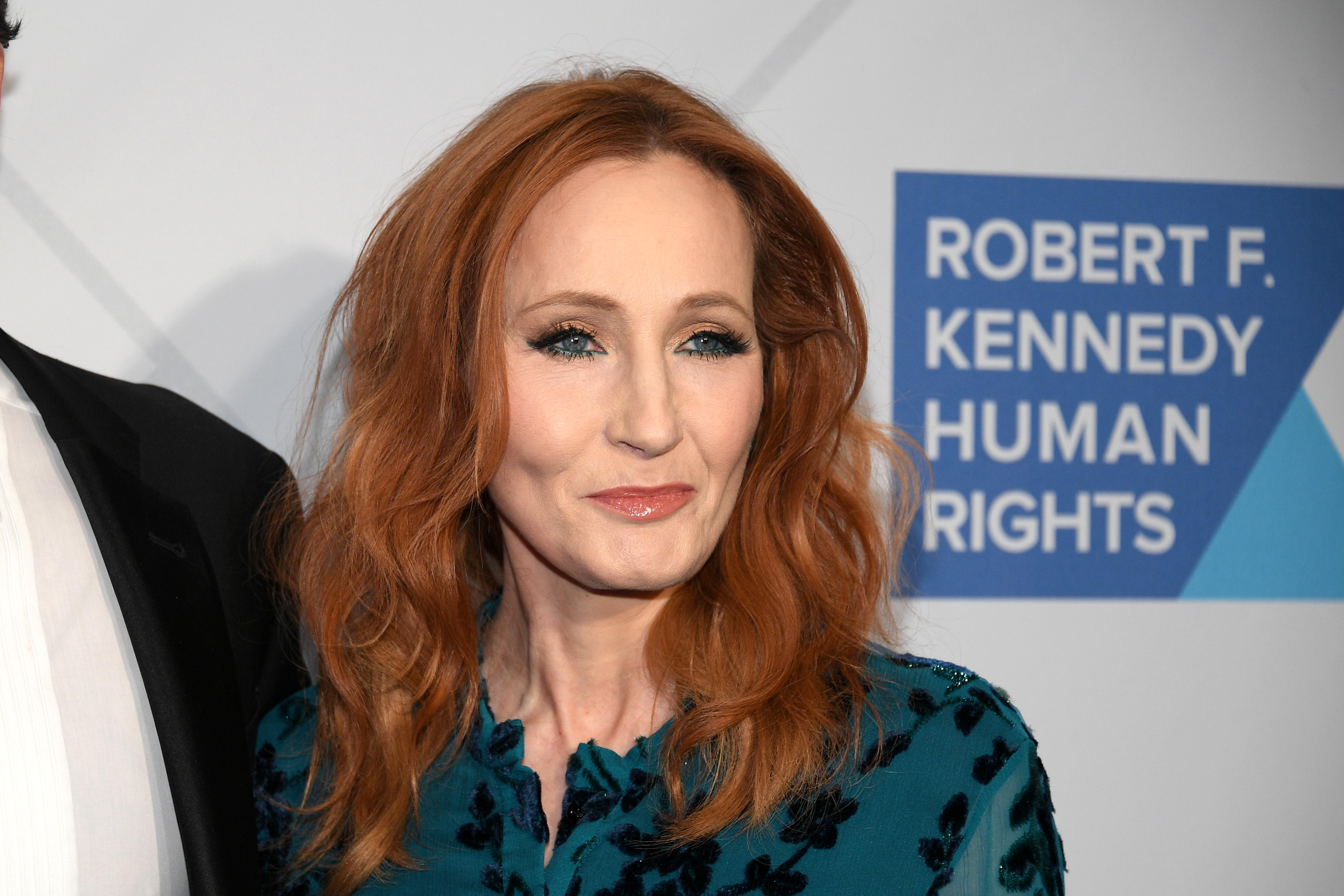 J.K. Rowlingot ismét transzfóbiával vádolják, mert új regényében egy sorozatgyilkos női ruhákba bújva vadászik áldozataira