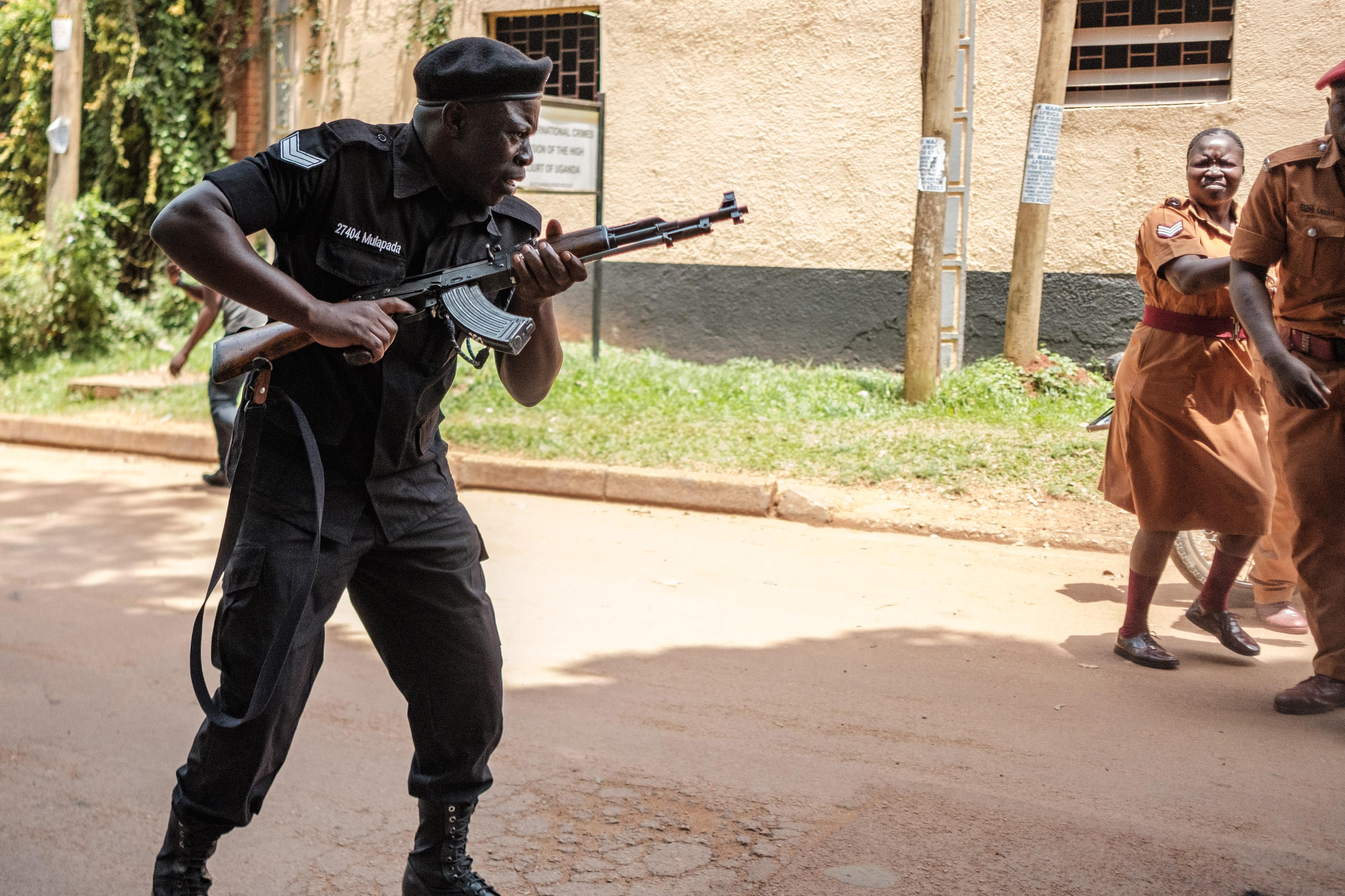 Kalasnyikovokat és muníciót zsákmányolt 219 szökött rab Ugandában