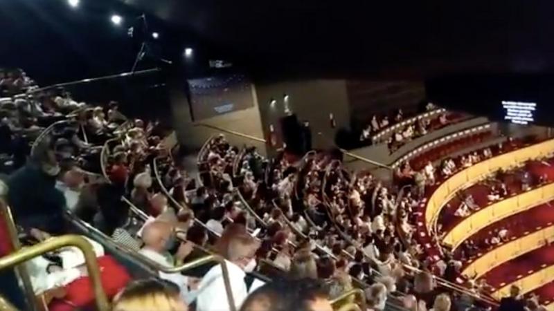 Tapssal akadályozták meg az előadást a madridi operaház vendégei, mert úgy érezték, túl közel ültették őket egymáshoz