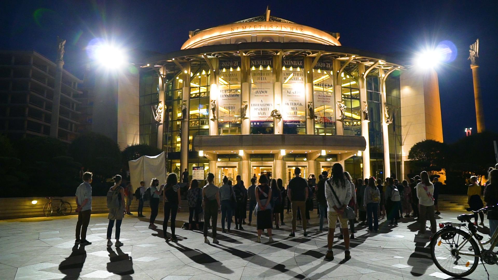 A Nemzeti Színház elé vonultak az SZFE hallgatói, onnan üzentek Vidnyánszkyéknak