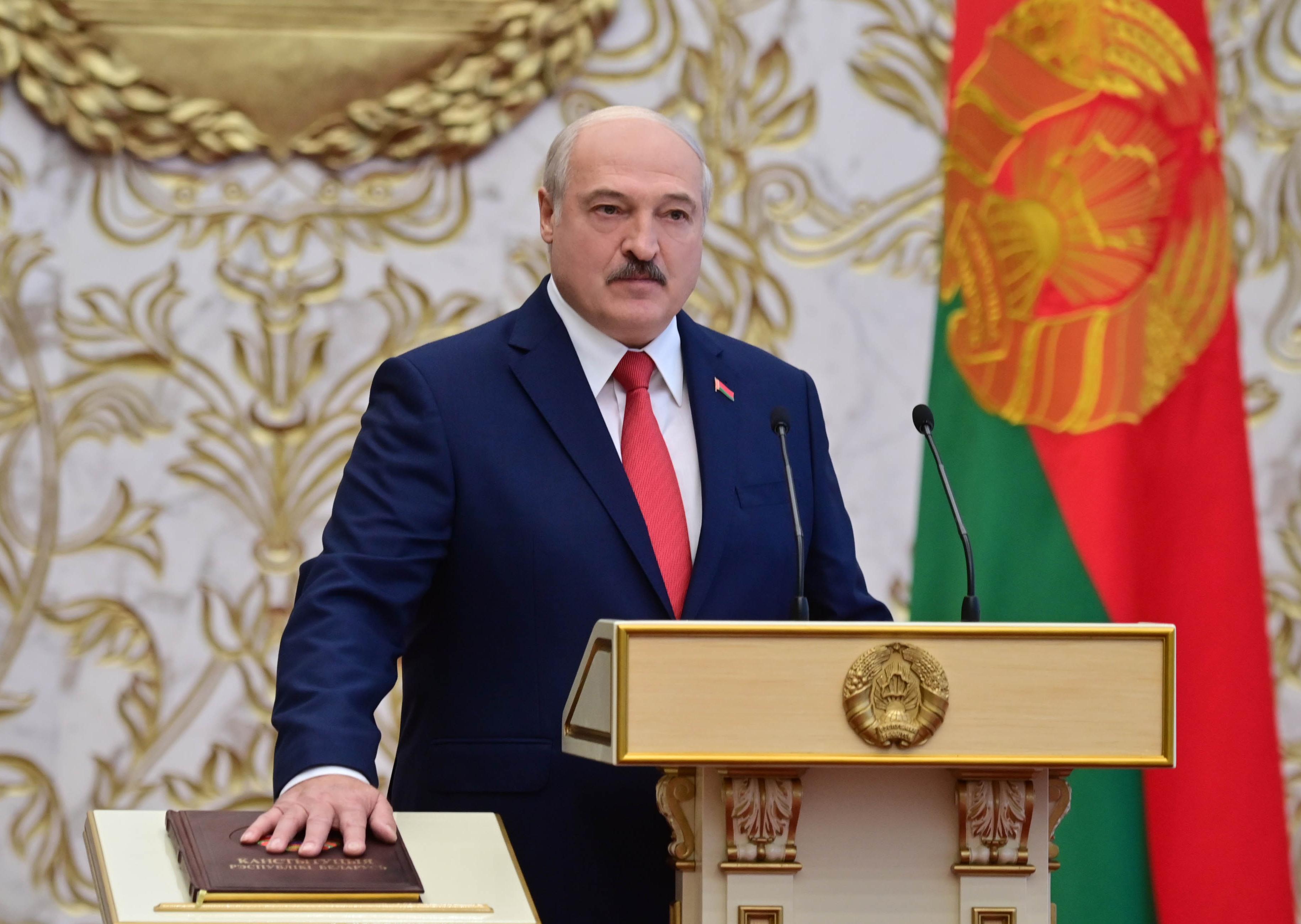 Lukasenka: A tüntetők polgárháborút akarnak kirobbantani a birtokba vett udvarokon