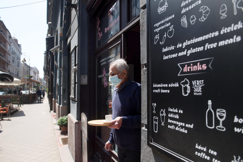 Fővárosi csomag a vendéglátósoknak: könnyebb lesz teraszt nyitni, meghosszabbítják a kedvezményeket